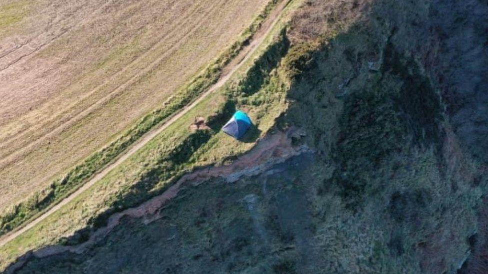 Szikla szélén verte fel sátrát egy család, brit partiőröknek kellett közbelépnie
