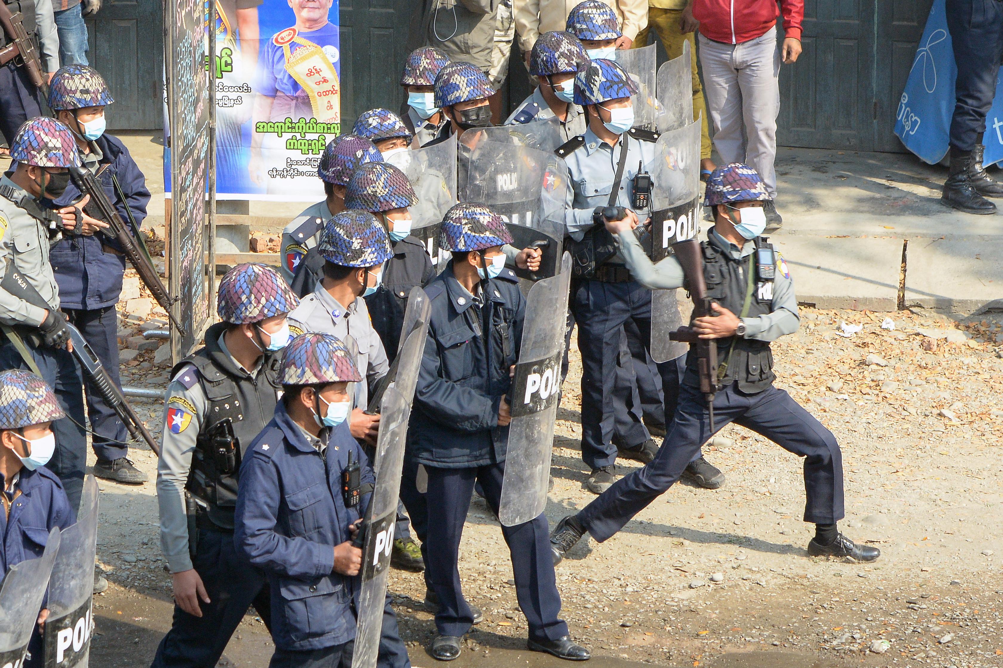 Ismét belelőttek a tüntető tömegbe Mianmarban