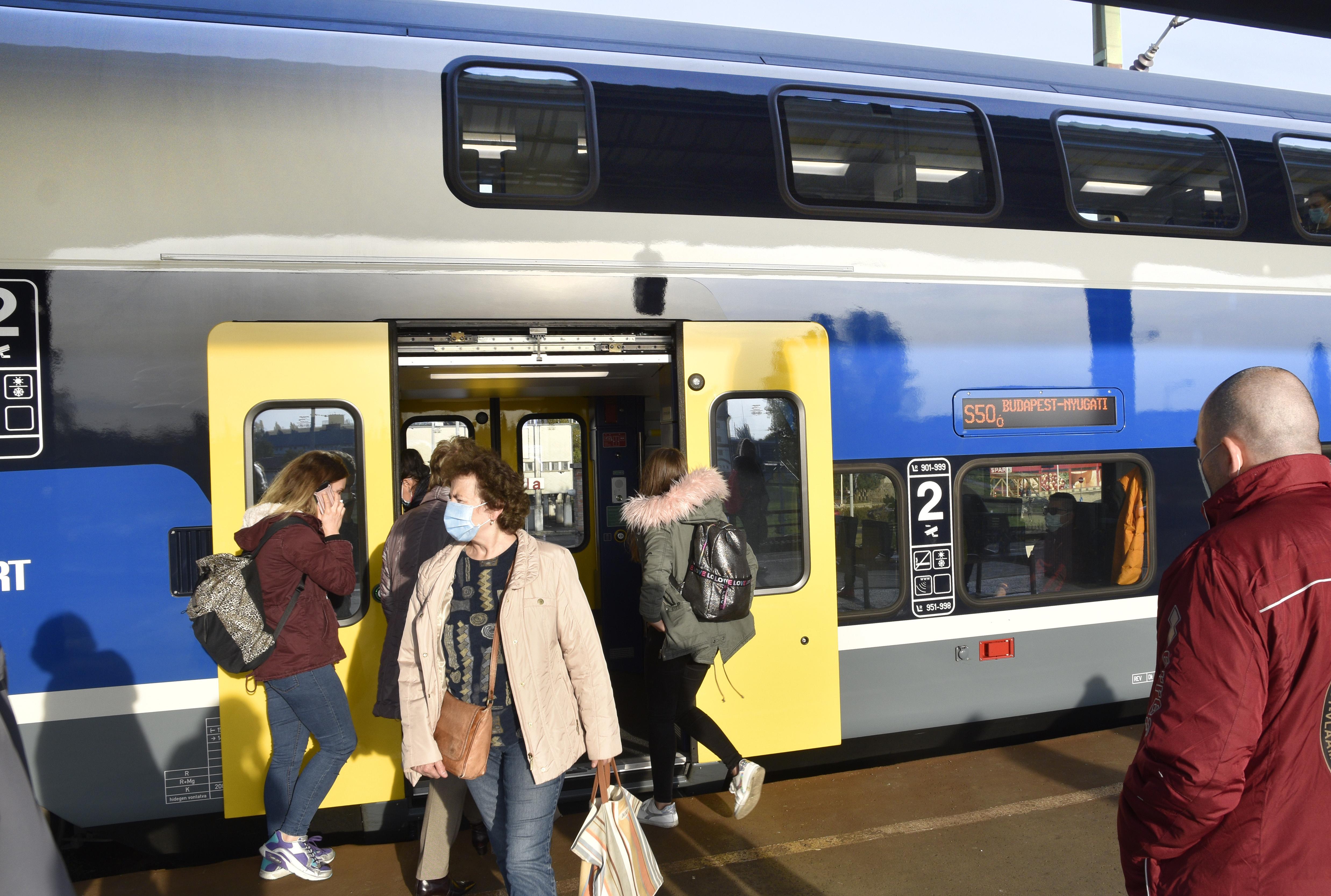 A peronon már nem, csak a vonaton és a volánbuszon kell viselni a maszkot