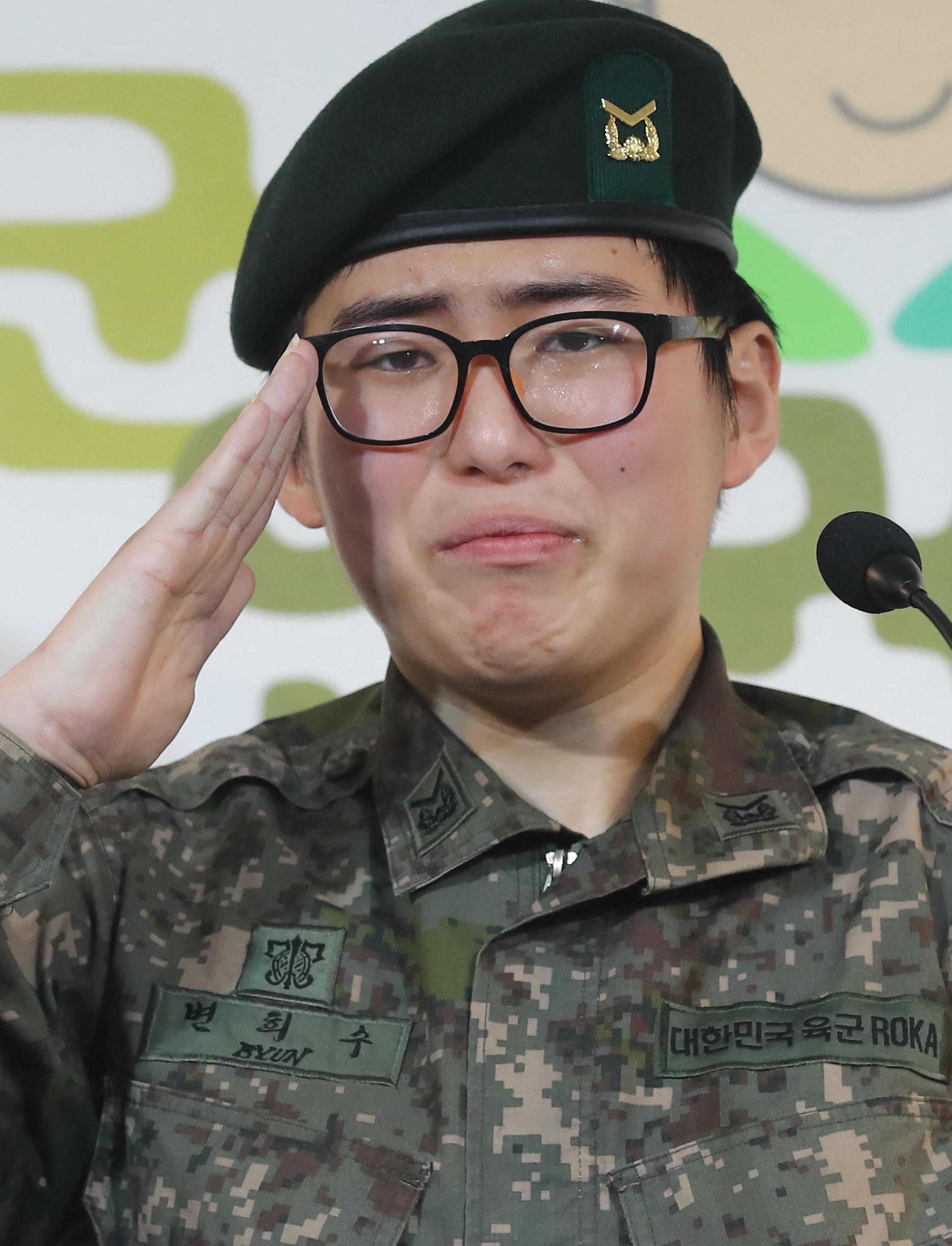Holtan találták Dél-Korea első transznemű katonáját, akit a nemváltó műtétje után elbocsátottak