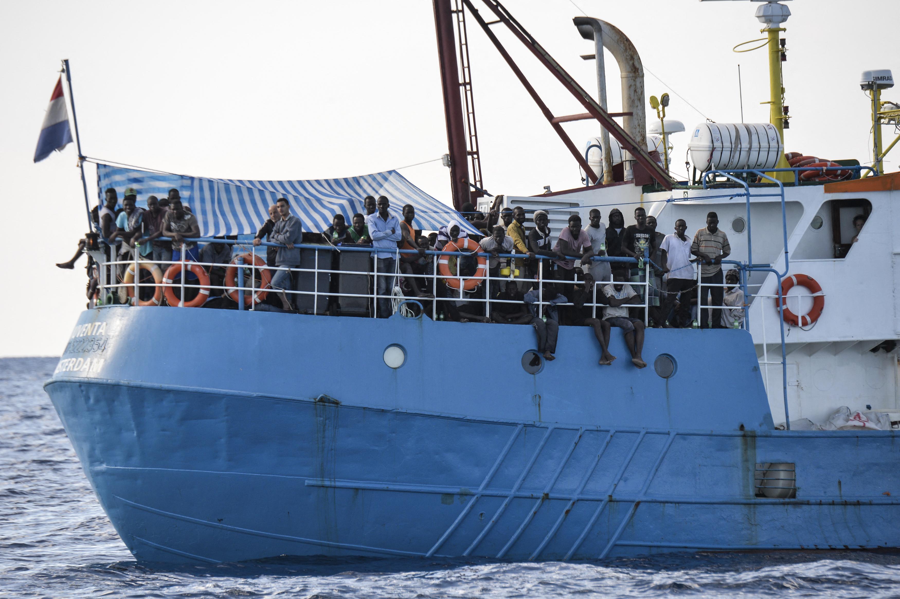 Az olasz ügyészség bűnrészességgel vádol menekülteket segítő szervezeteket