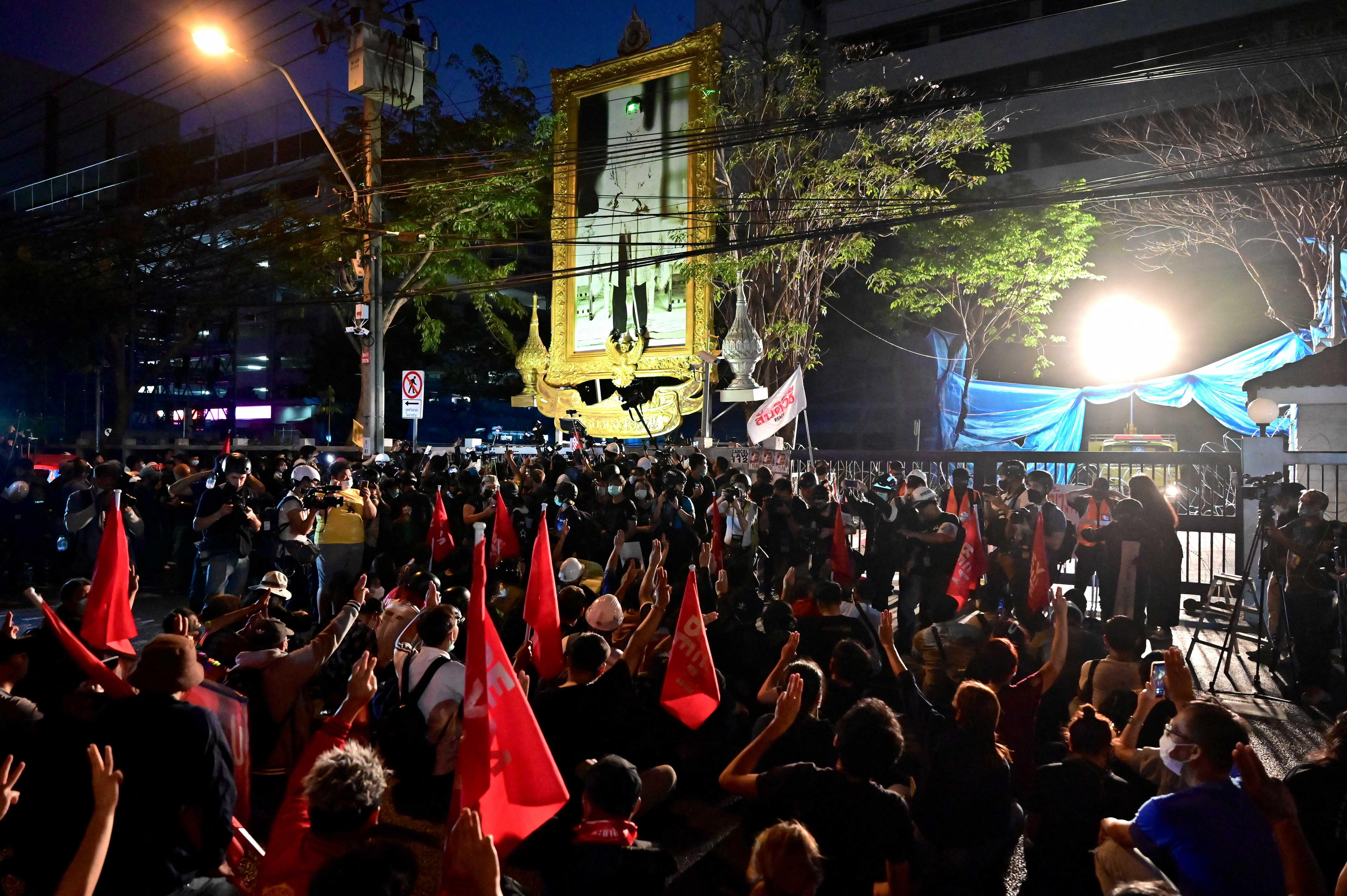 A gyülekezési tilalom ellenére is több százan tüntettek Bangkokban