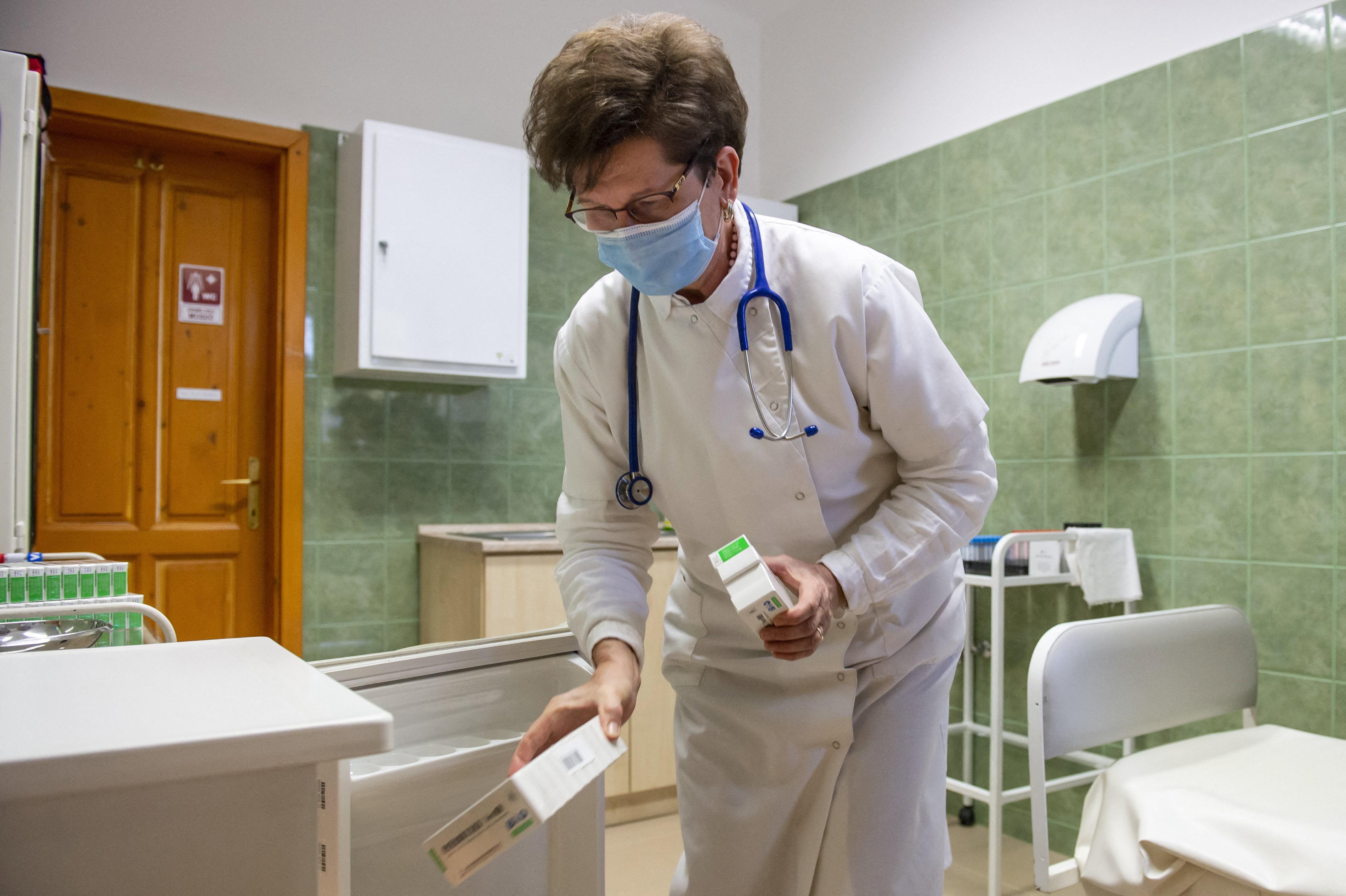 A 60 évesek negyedénél, a 80 évesek felénél nem termel antitestet a Sinopharm, állítja egy friss magyar kutatás