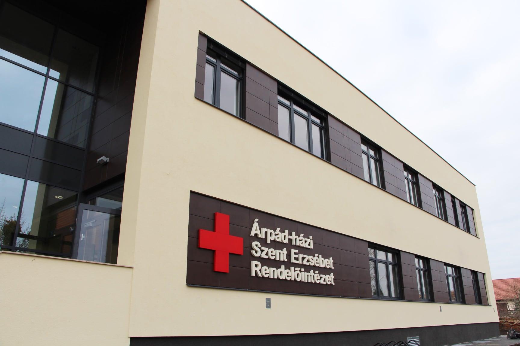 Két hétre bezár a tatai kórház, mert a szakorvosait Tatabányára irányították át, annyi ott a koronavírusos beteg