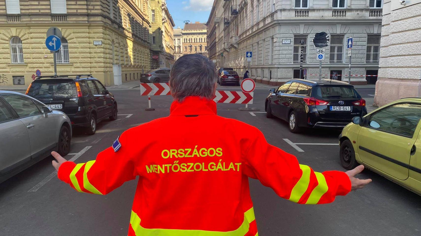 Úttorlasz akadályozza a mentőket a Markó utcai mentőállomásnál