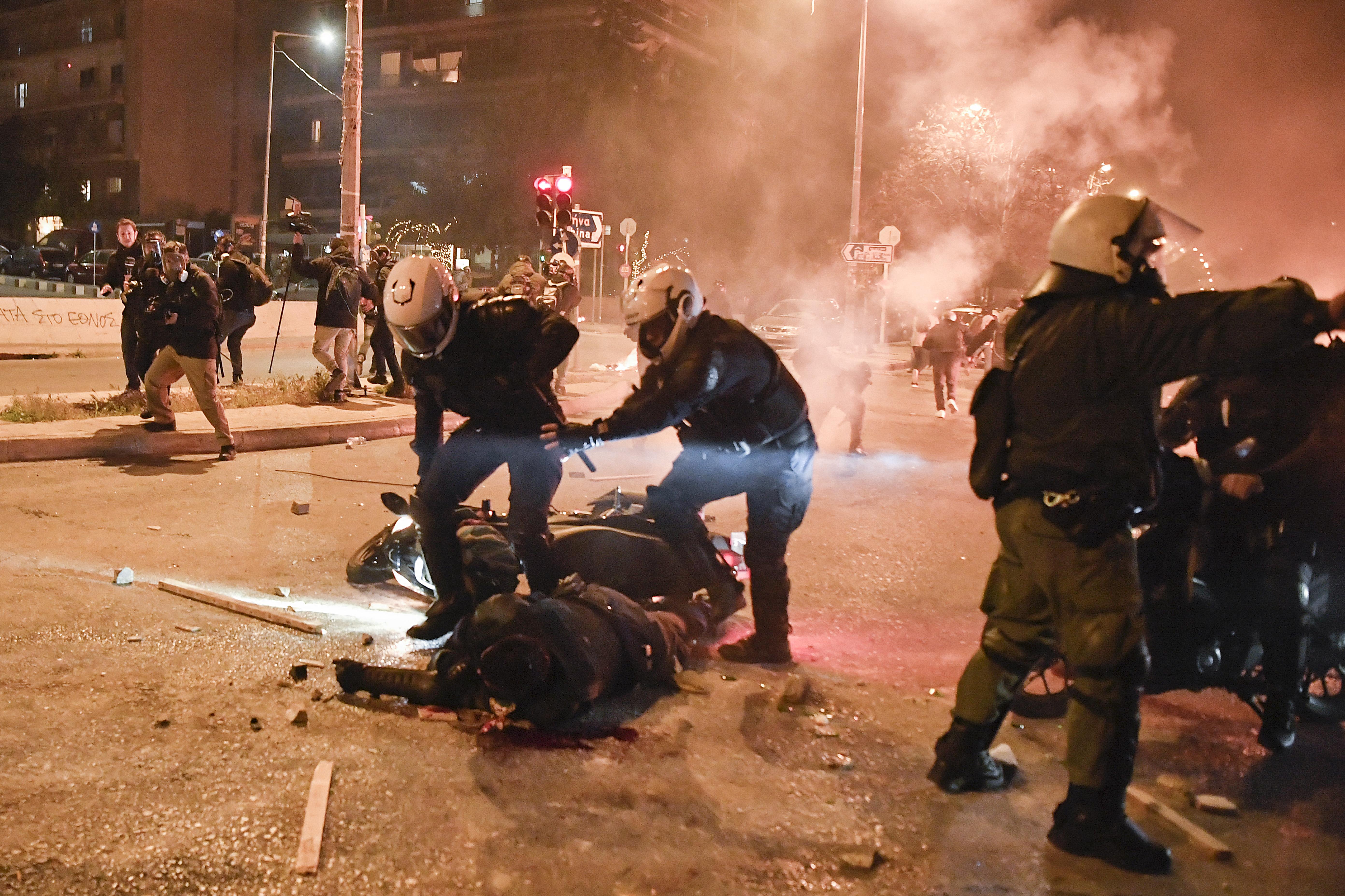 Ezrek tüntettek Görögországban a rendőri erőszak miatt