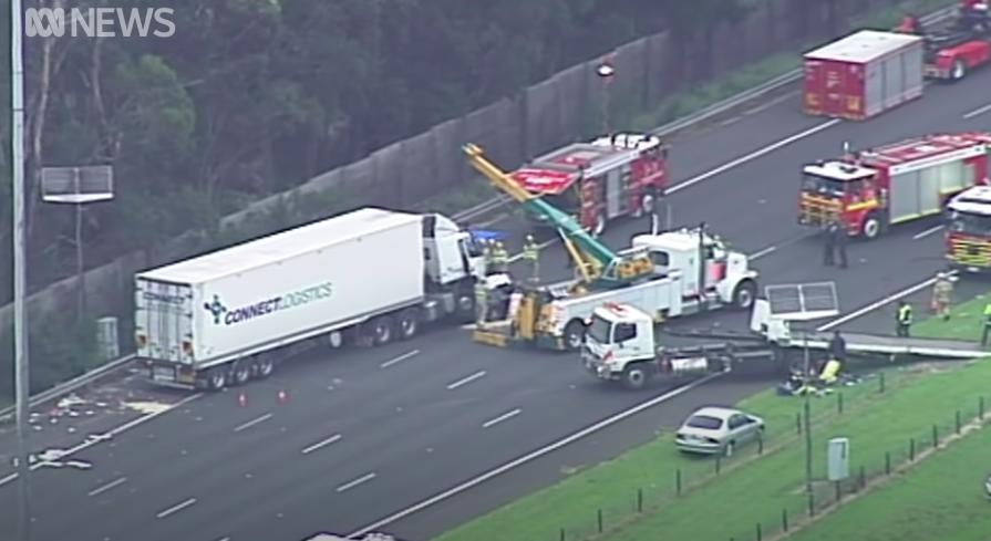Három percen keresztül filmezte az ausztrál férfi a négy haldokló rendőrt, akiket elgázolt egy teherautó, amikor igazoltatták