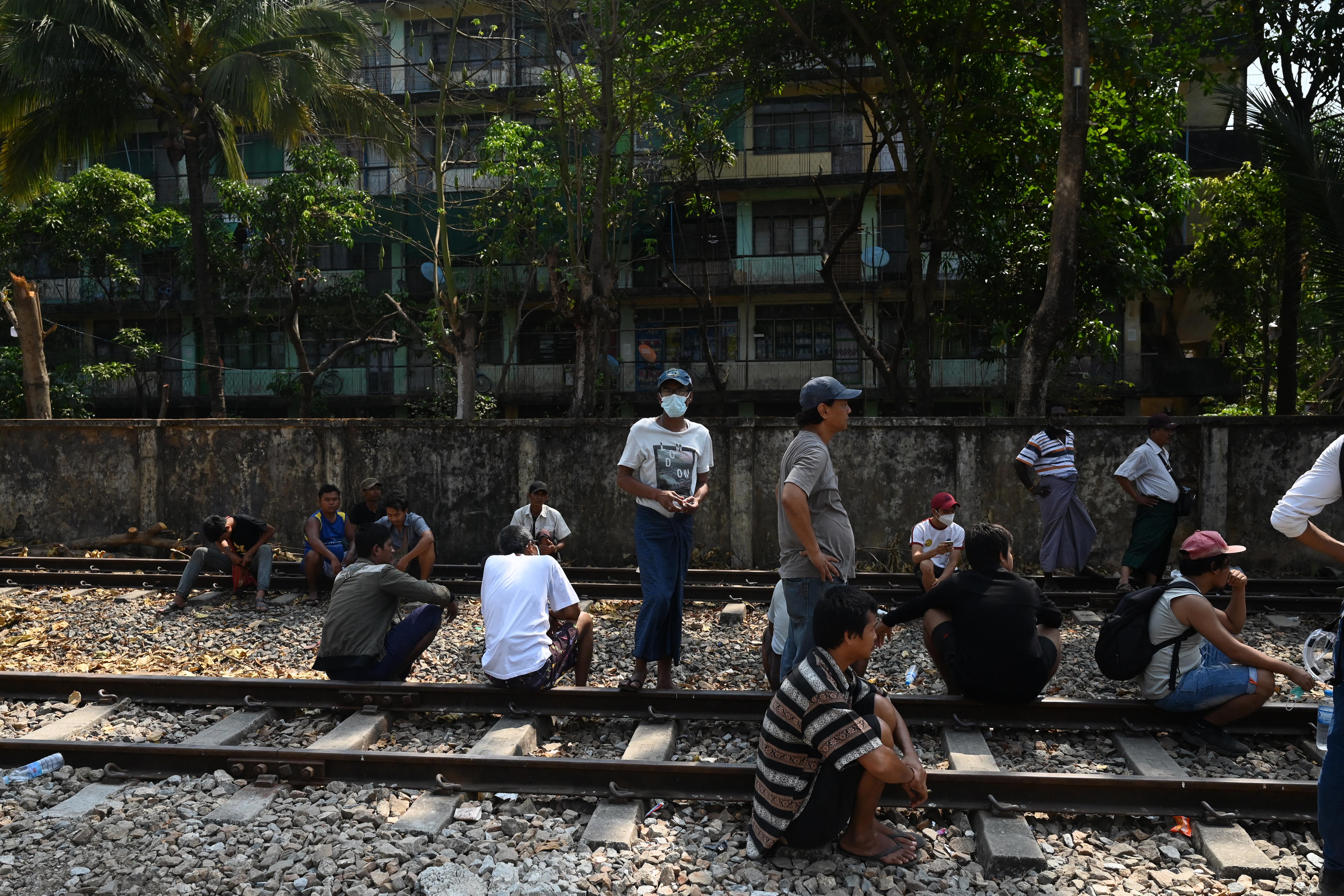 Biztonsági erők vették körbe a sztrájkoló vasutasok épületét Mianmarban