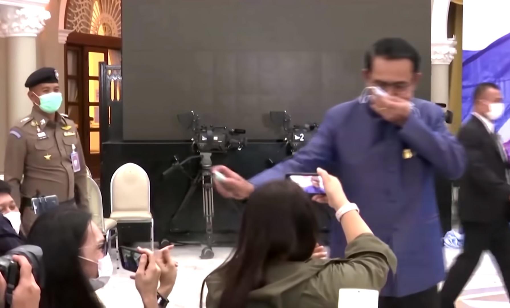 A thaiföldi miniszterelnök fertőtlenítőszert permetezett az újságírókra