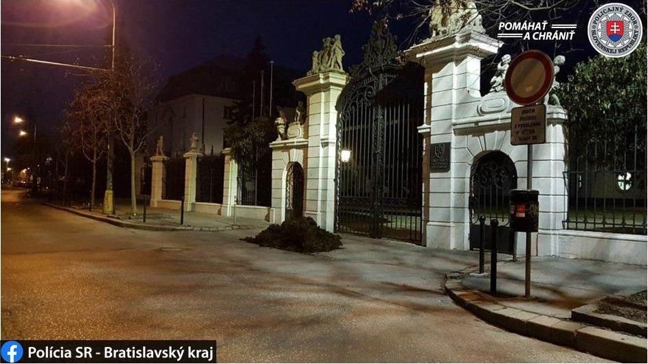 Nem kellett sokáig keresgelni, ki öntött két köbméter marhaszart Igor Matovic miniszterelnök hivatala elé Pozsonyban