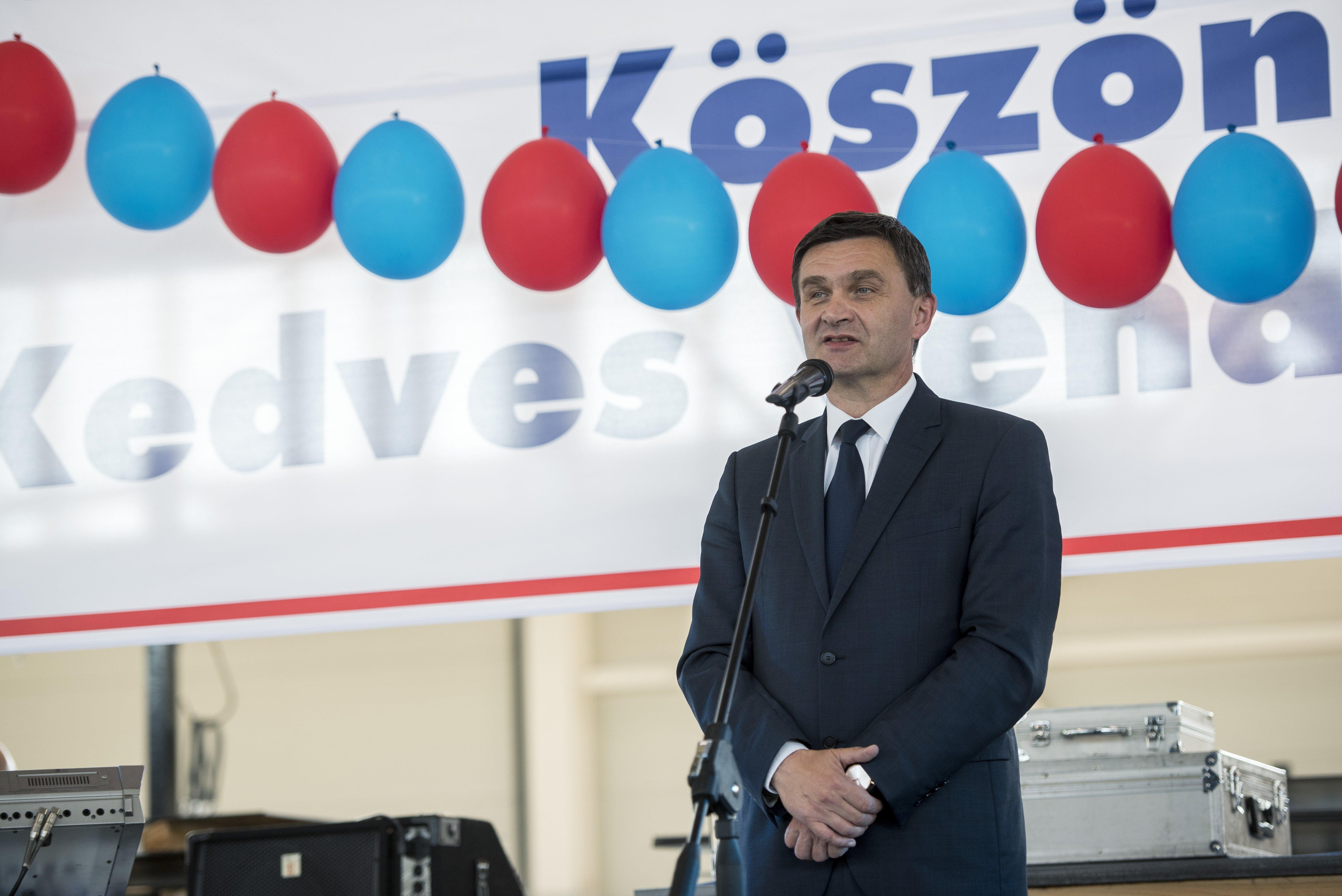 Szekszárd fideszes polgármestere csak a képviselők fizetésén spórol, a magáén nem