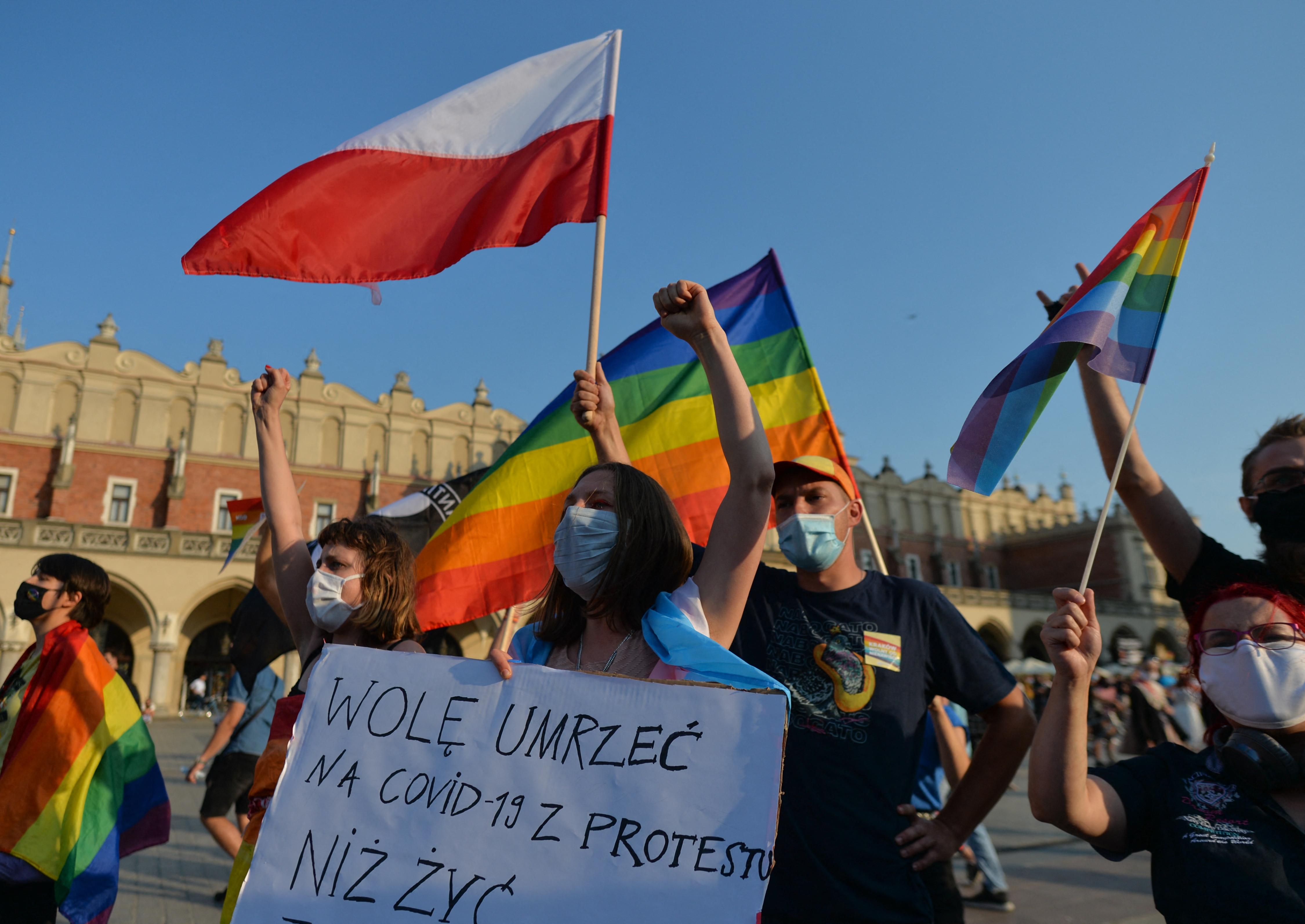 Lengyelország is megtiltaná az örökbefogadást az egyedülálló melegeknek