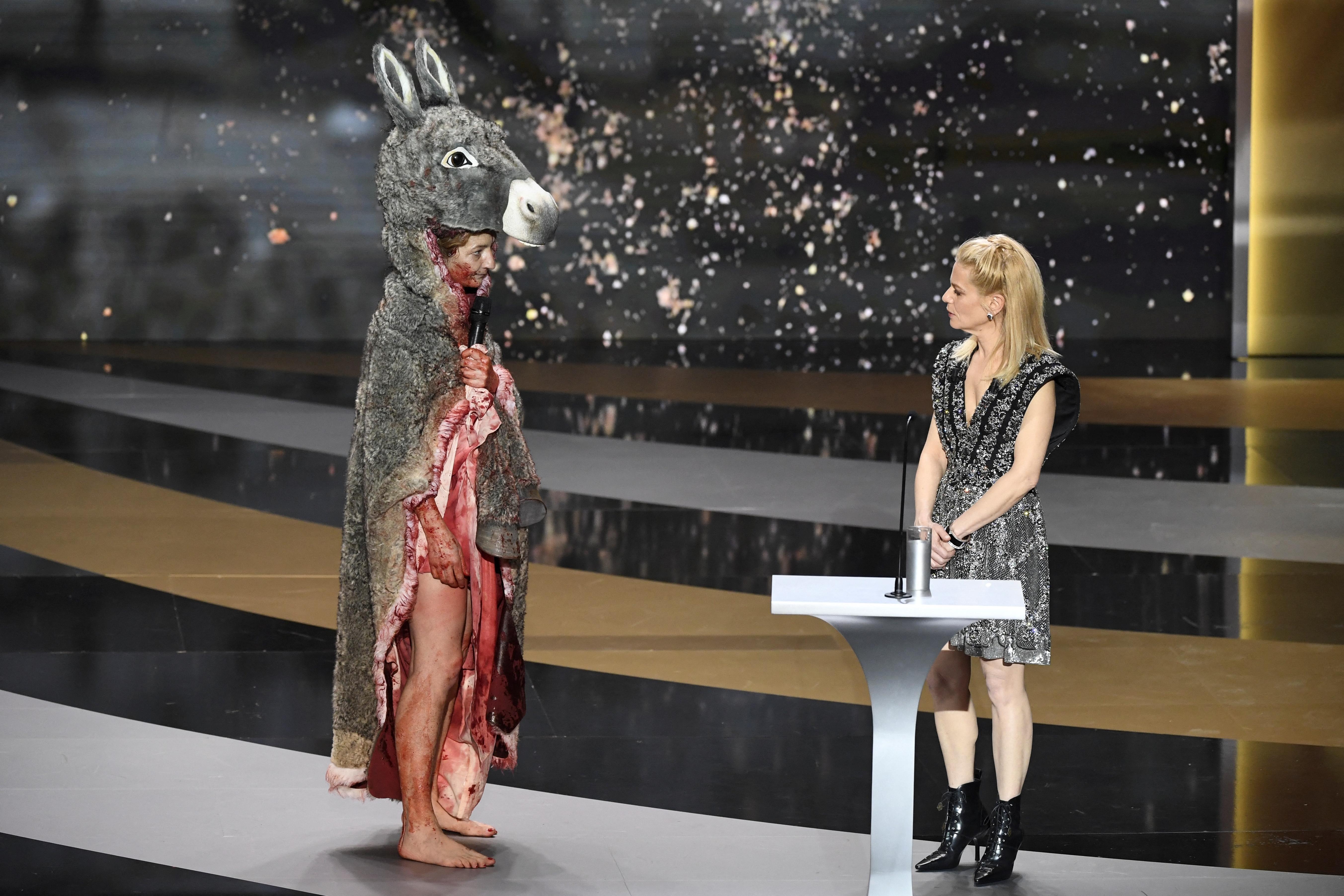 Meztelenre vetkőzve tiltakozott a kulturális intézmények bezárása ellen egy francia színésznő a César-díj átadóján