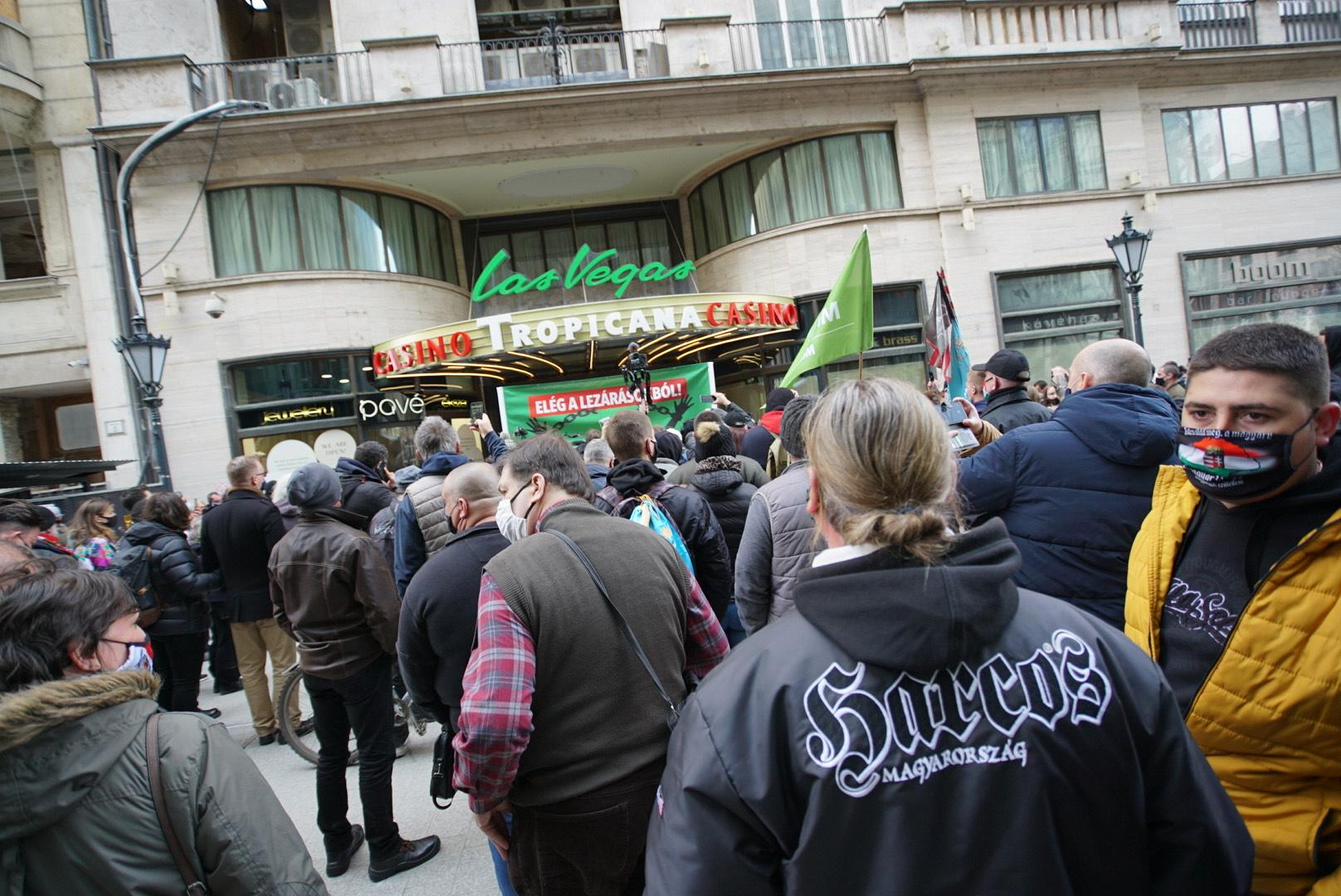 Több százan a Mi Hazánk lezárás ellenes tüntetésén