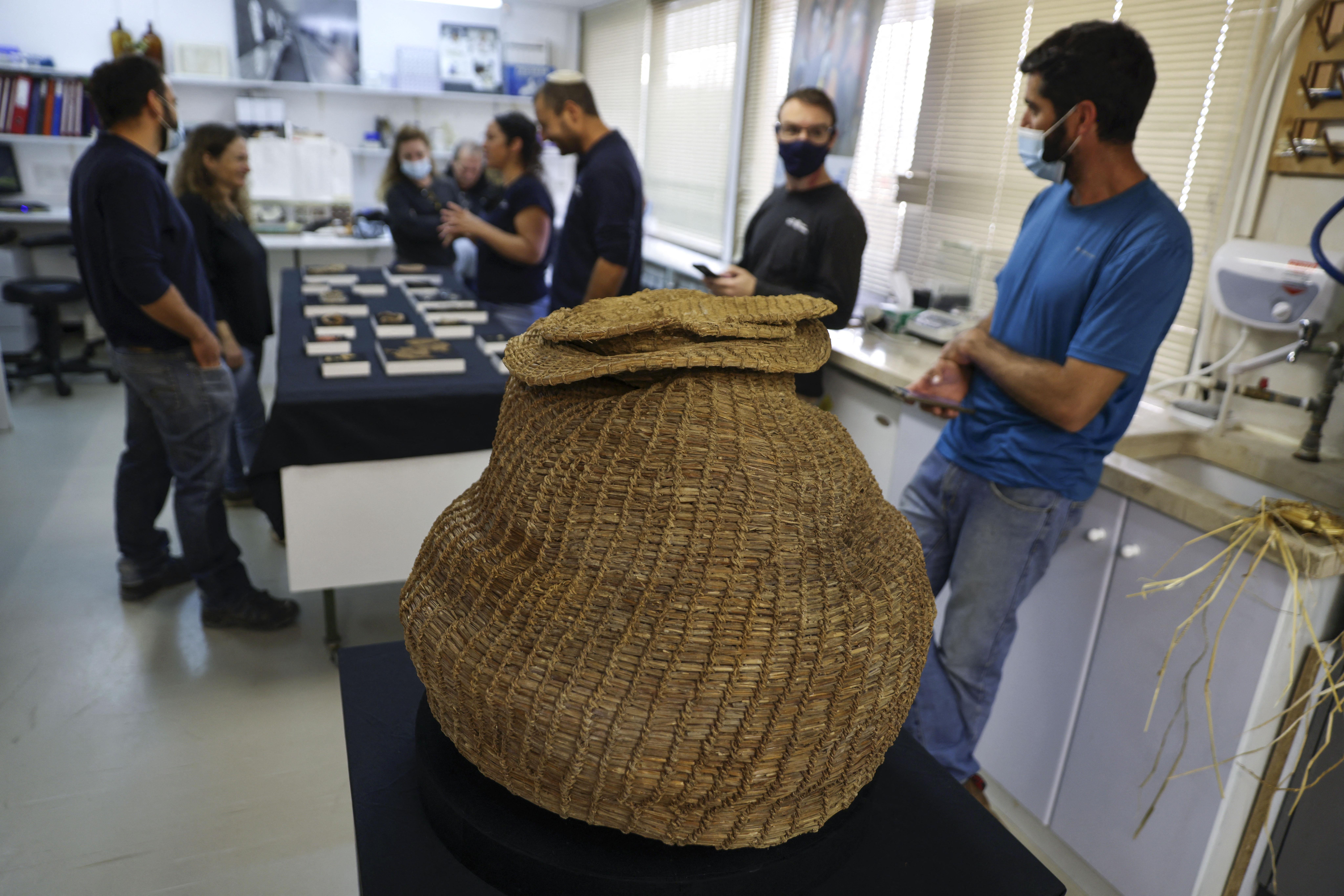 Bibliai szöveggel teli tekercsmaradványt találtak a Júdeai-sivatag egy barlangjában