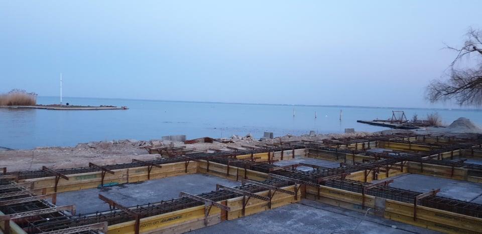 Közvetlenül a Balaton partján betonoznak Csopakon, hiába tűnik az egész szabálytalannak