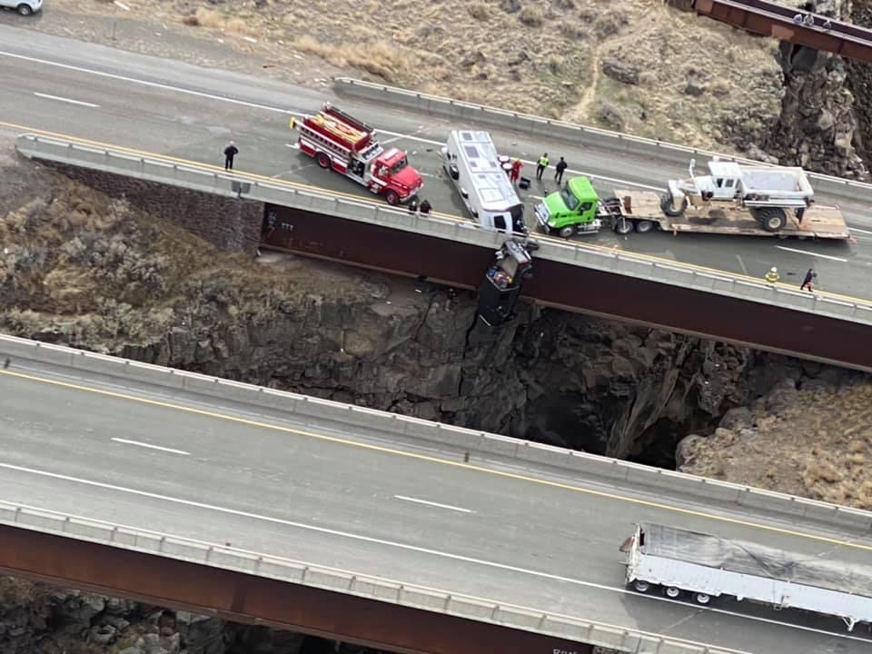 Szakadék fölött, hídról lelógó autóból mentettek ki két embert Idahóban