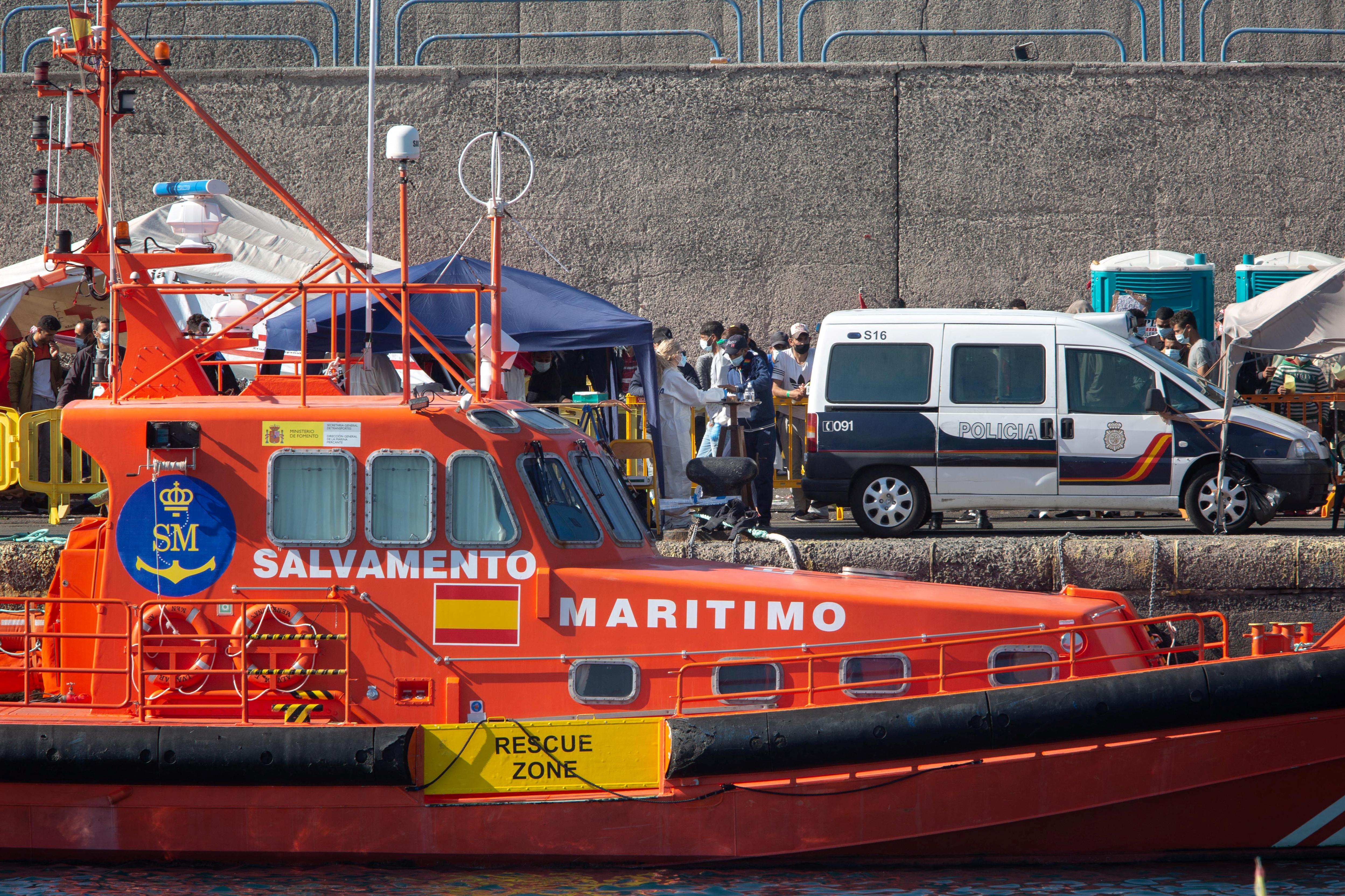 Tíz ember került kórházba, miután a spanyol partiőrség egy bevándorlókat szállító hajót mentett meg a Kanári-szigetek közelében