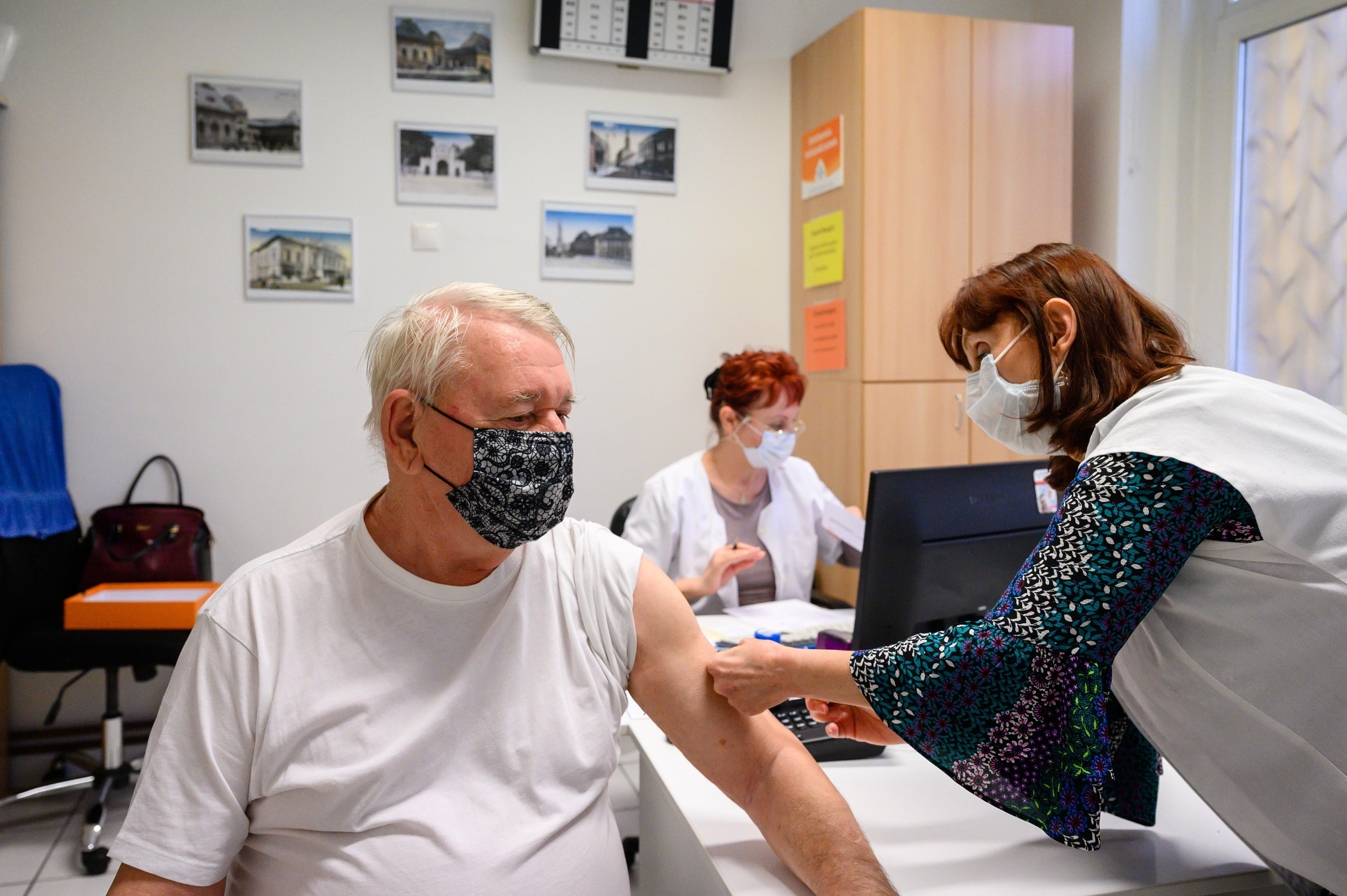Európai Gyógyszerügynökség: Az AstraZeneca továbbra is engedélyezett minden korosztálynak