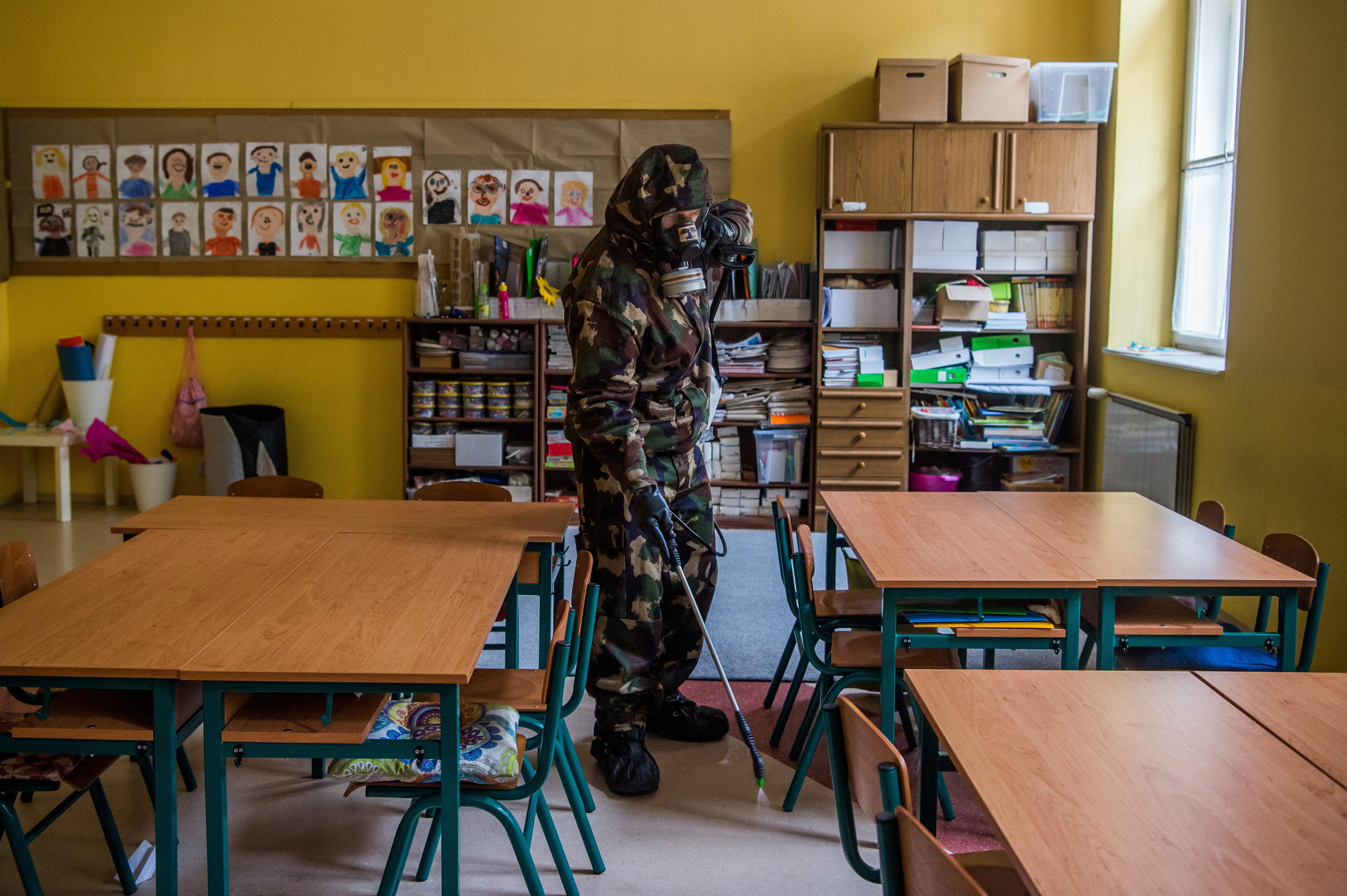 Hiába kérik a szülők, hogy otthonról tanulhassanak a gyerekeik, az igazgató nem engedi