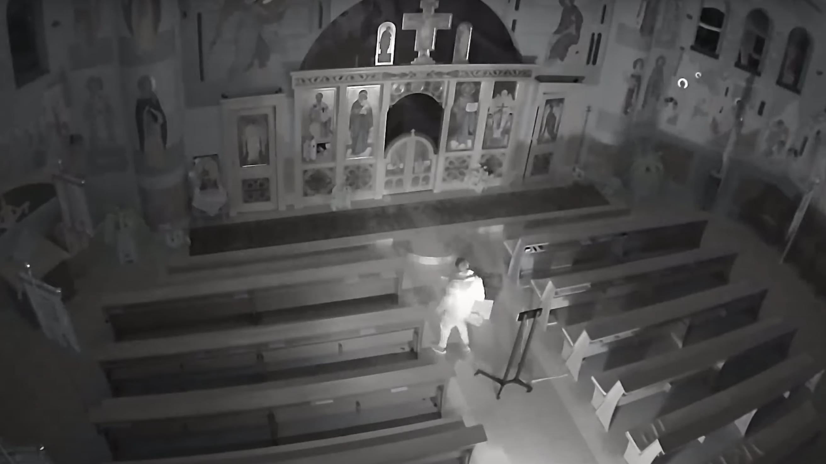 Felgyújtotta a padokat és kegytárgyakat festékezett össze egy férfi egy gödöllői templomban