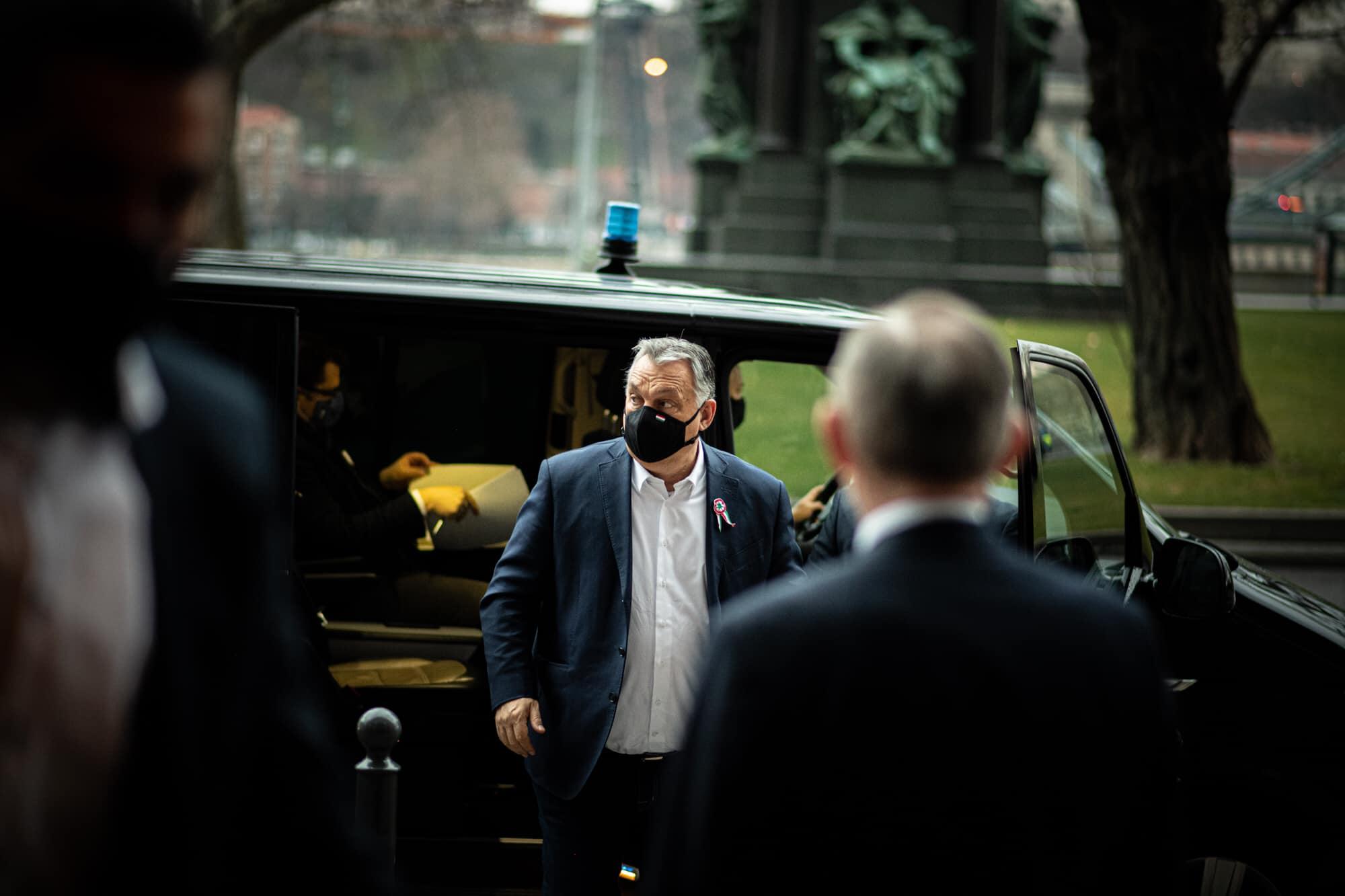 Orbán: Maradnak a korlátozások