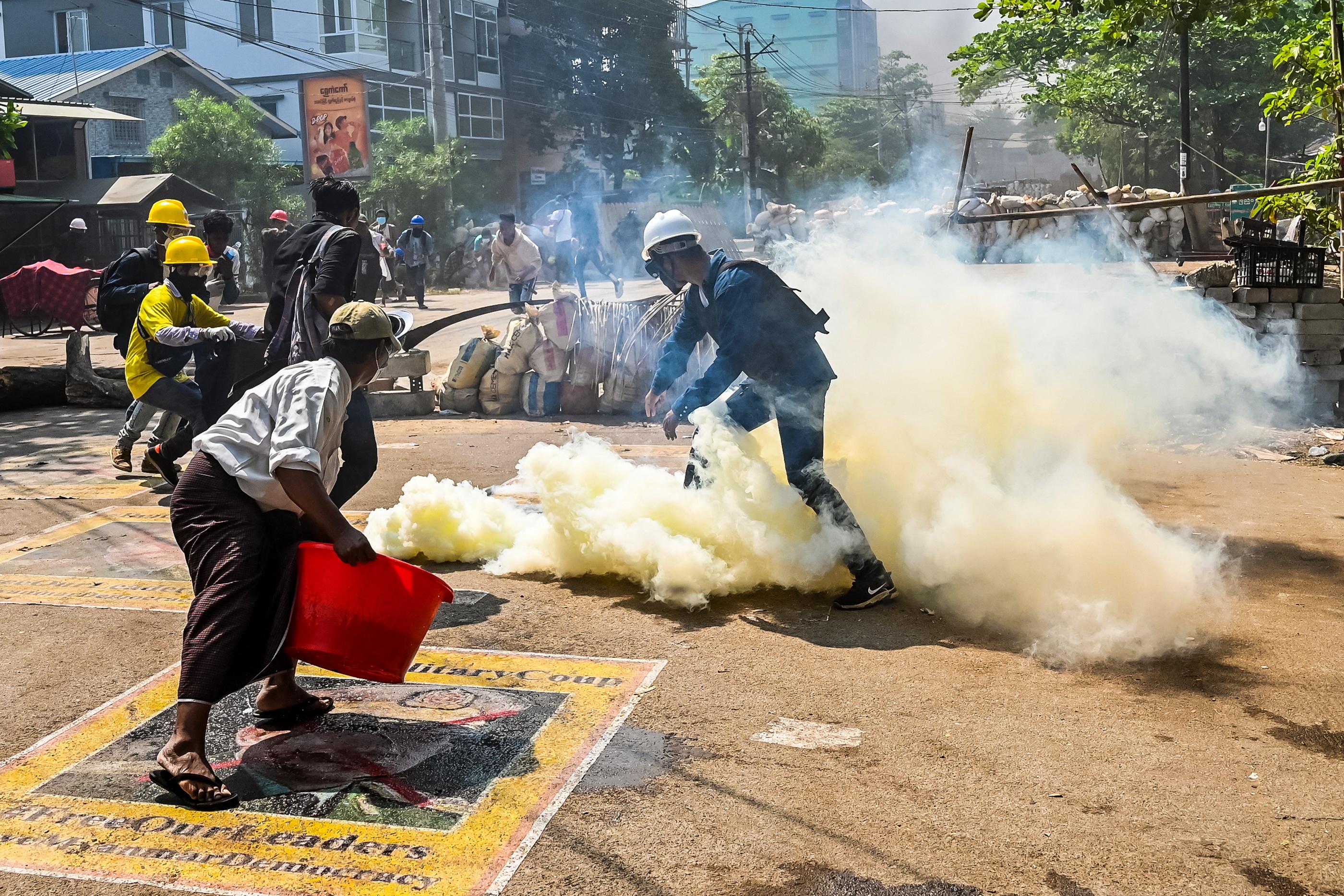Autó hajtott a mianmari tüntetők közé szombaton