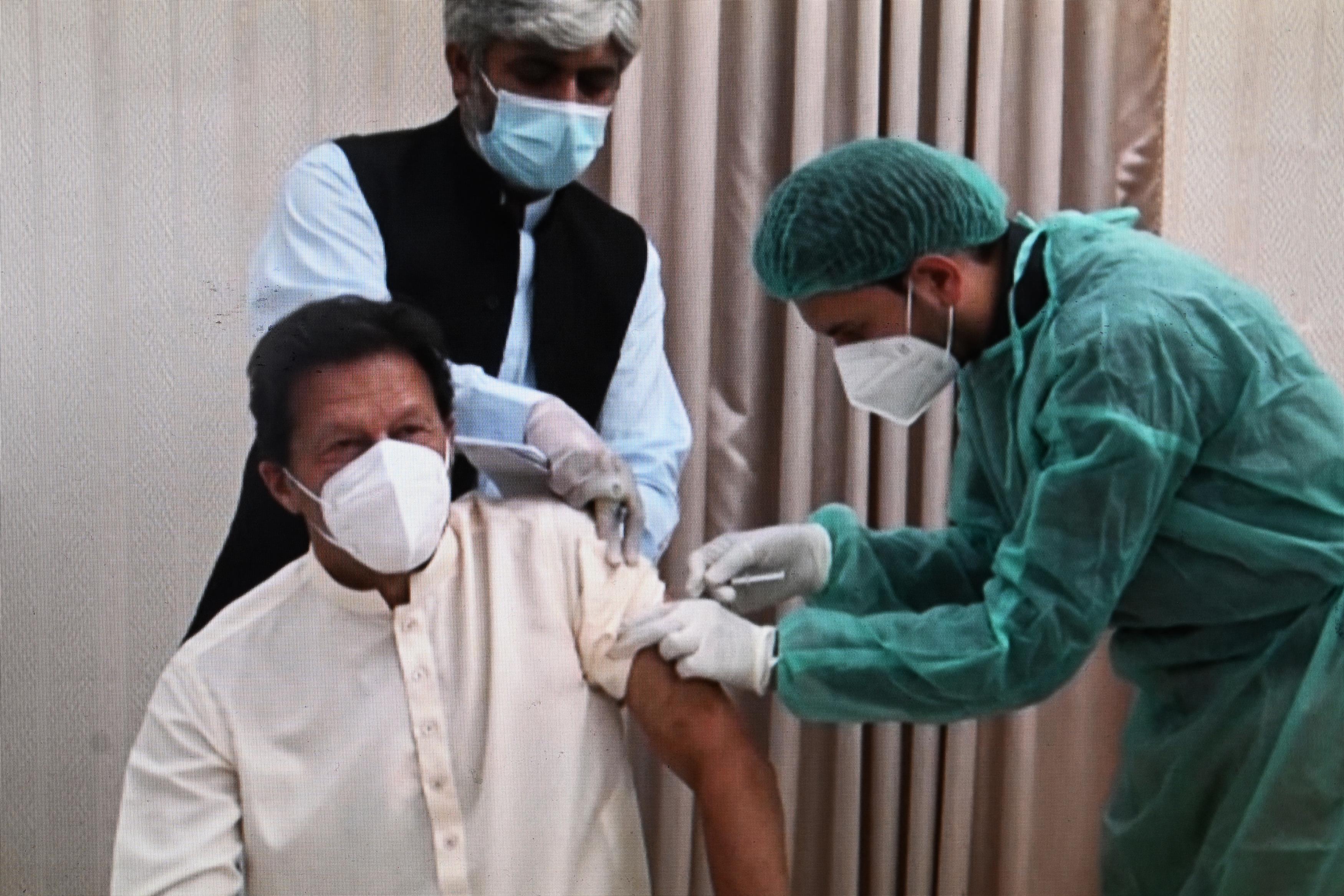 Koronavírusos lett a pakisztáni kormányfő két nappal azután, hogy megkapta az oltást