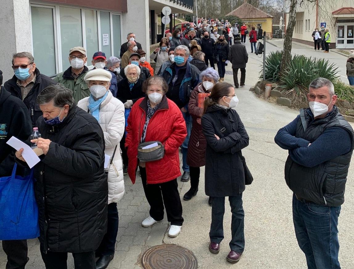 Összezsúfolódva várnak az emberek az esztergomi oltópontnál
