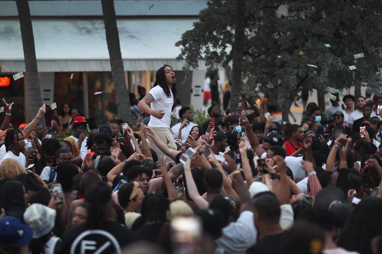 Vészhelyzetet hirdettek Miami Beachen, mert a tavaszi szünetben annyian akarnak bulizni