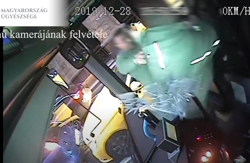 Mialatt a lámpa zöldre váltott, összeverekedett egy taxis és egy buszsofőr a Belvárosban