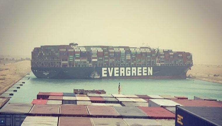 Zátonyra futott egy teherhajó a Szuezi-csatornában, elállja az utat