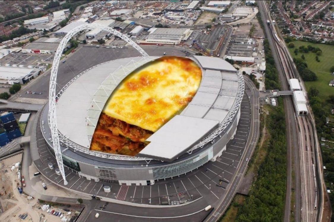 """Egyéves a """"Wembley stadiont óriási lasagnesütővé alakítják át a koronavírus miatt"""" mém"""