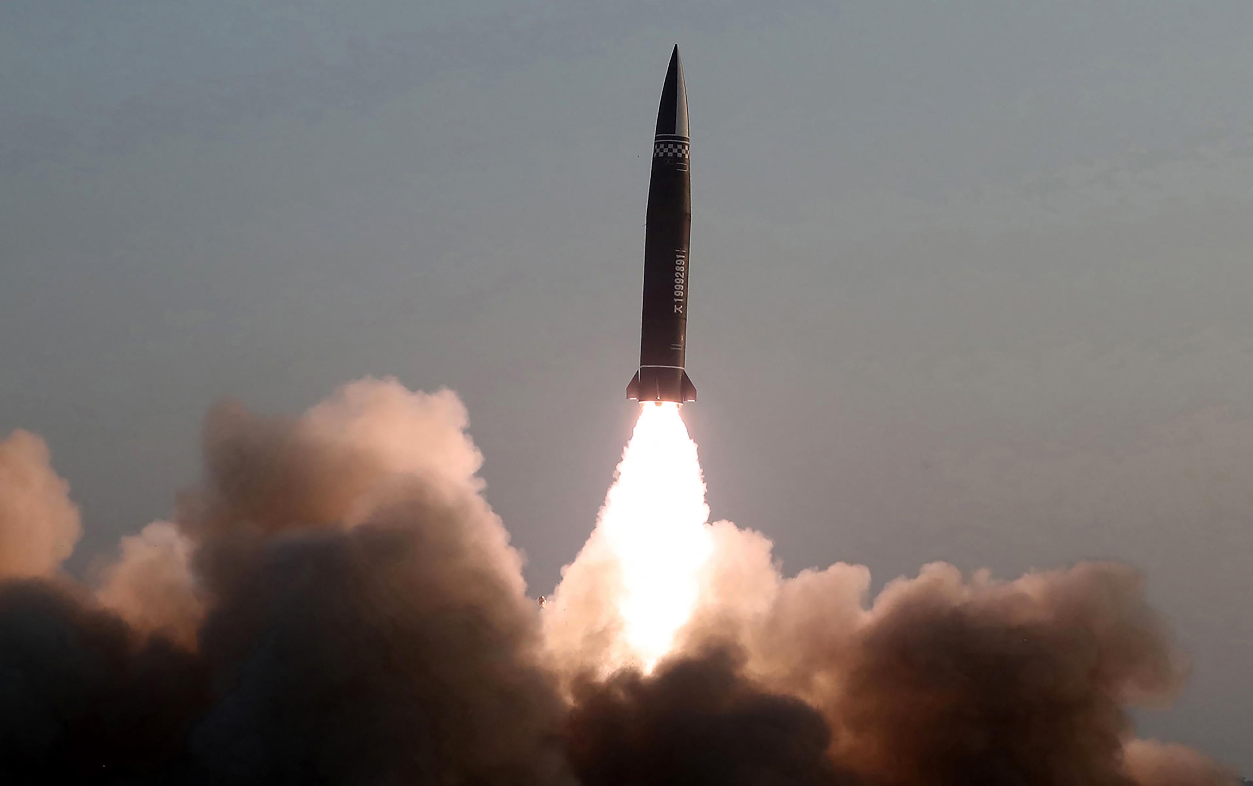 Észak-Korea azt állítja, új típusú, irányítható taktikai rakétát tesztelt