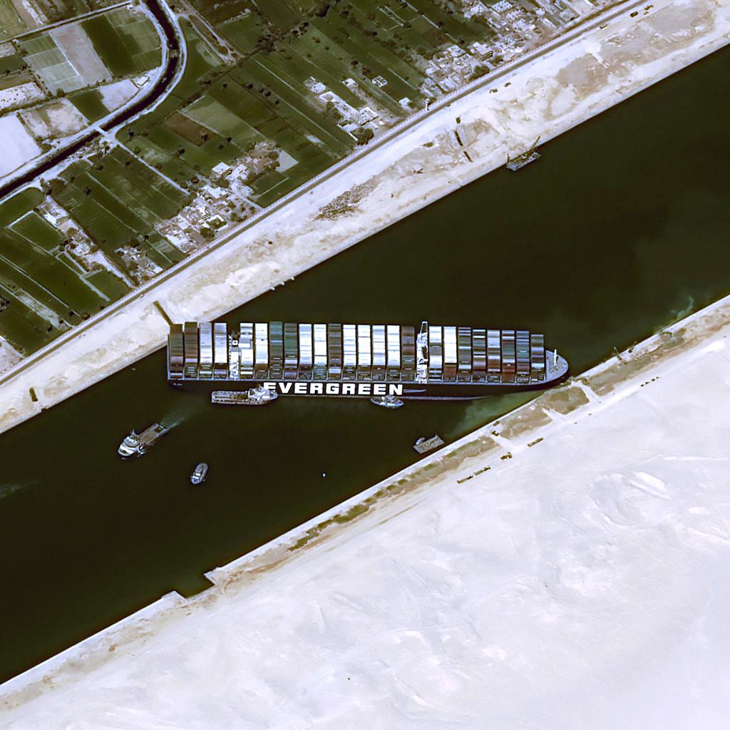 Nem mostanában fogják kiszabadítani a Szuezi-csatornában rekedt teherhajót
