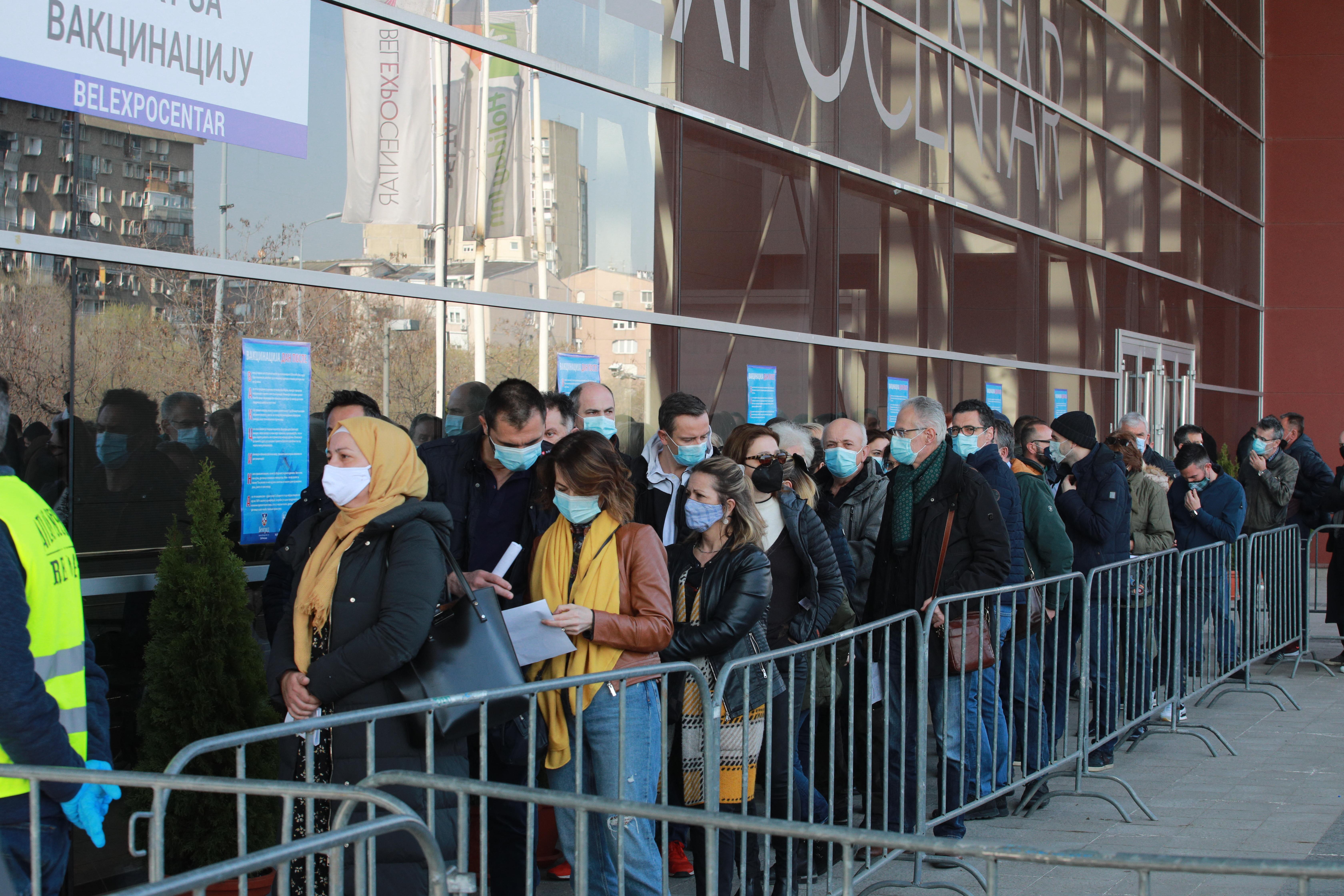 Hosszú sorokban várják a külföldiek a szerb határokon, hogy oltást kaphassanak