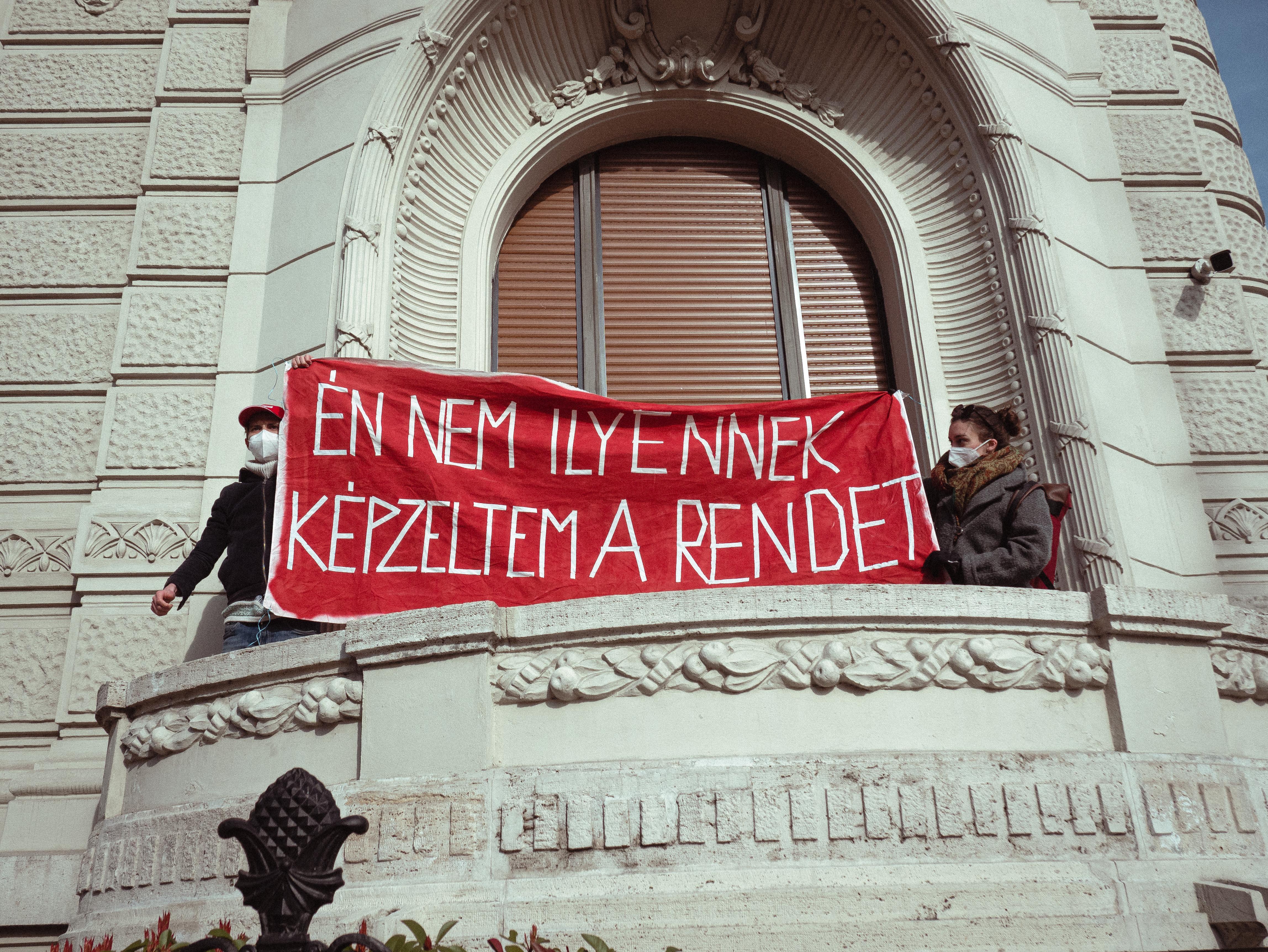 A Fidesz-székház erkélyére mászva követelték a kilakoltatási moratórium meghosszabbítását A Város Mindenkié aktivistái