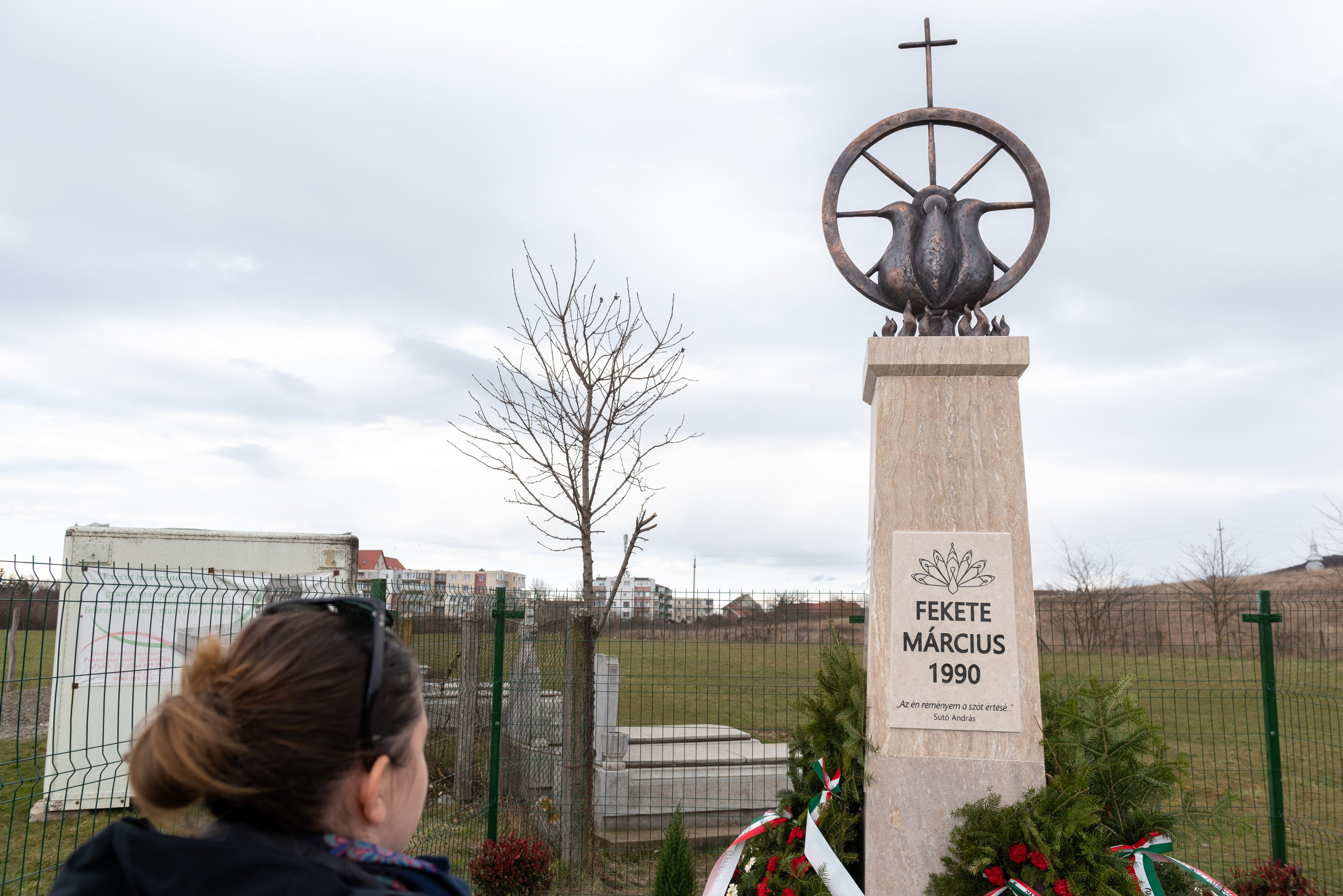 Magyar, roma és egyetemes jelképek emlékeztetnek a marosvásárhelyi fekete márciusra