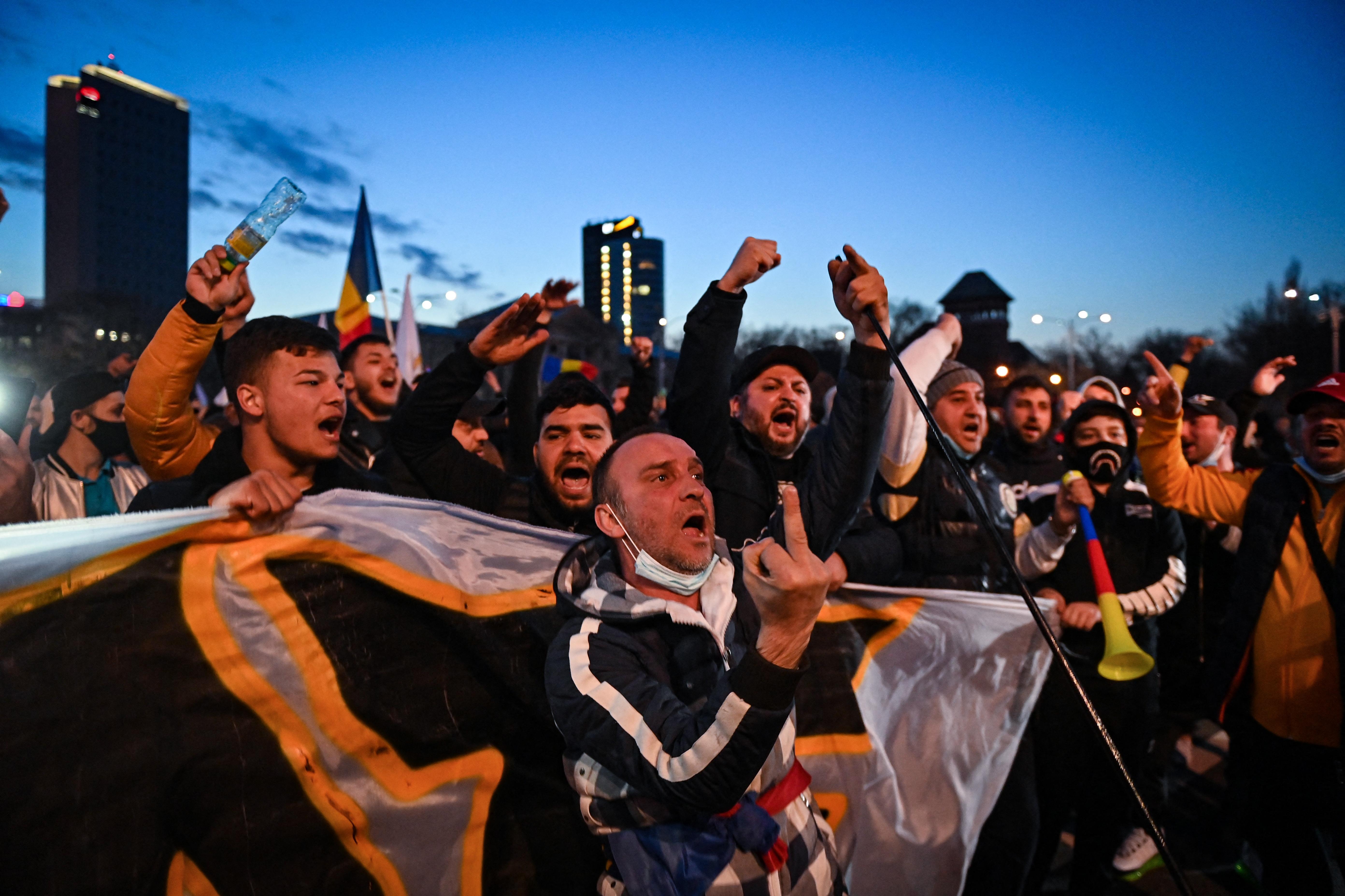 A romániai Pitestiben magyarellenességbe csapott át a koronavírus-korlátozások elleni tüntetés