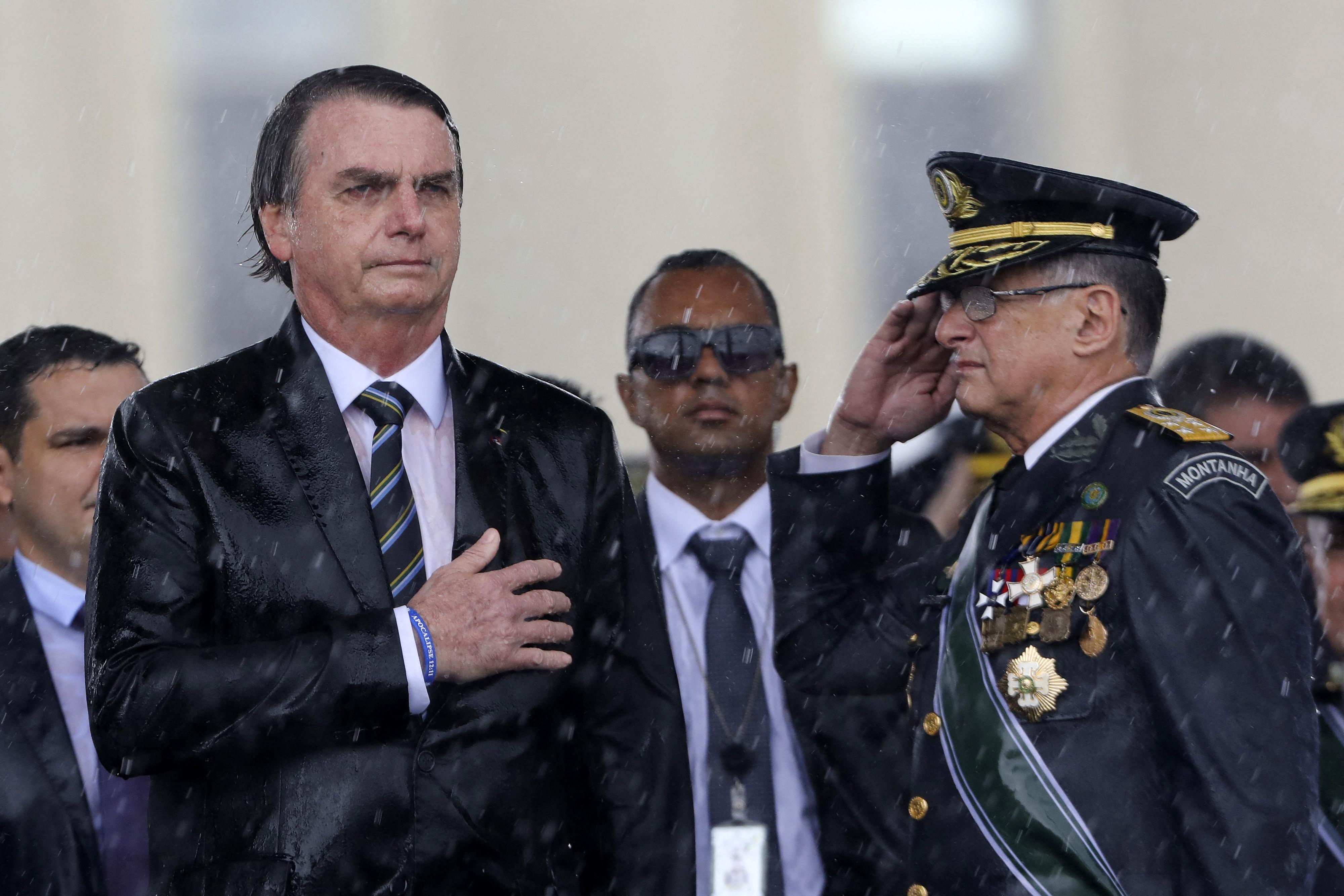 Brazília mindhárom fegyveres erejének parancsnoka faképnél hagyta Bolsonarót