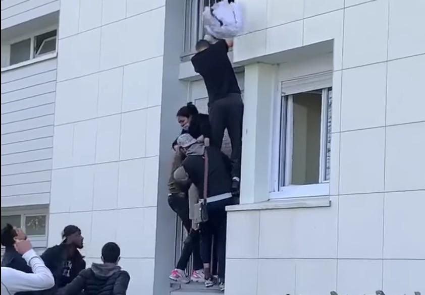 Egy csapat fiatal egymás nyakába mászva mentett ki egy családot egy égő lakásból