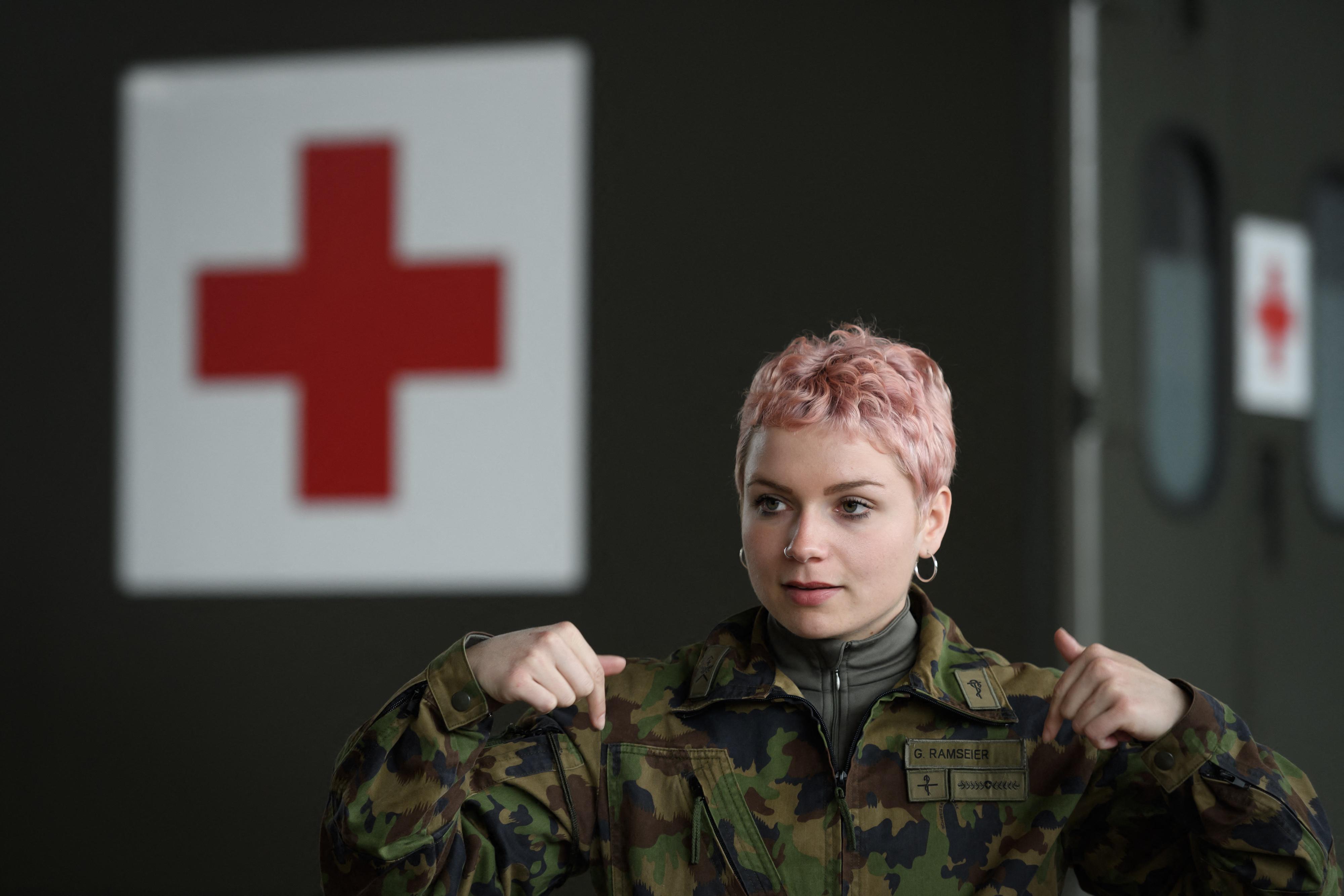 Ezentúl nem kell férfigatyát hordaniuk a svájci katonanőknek