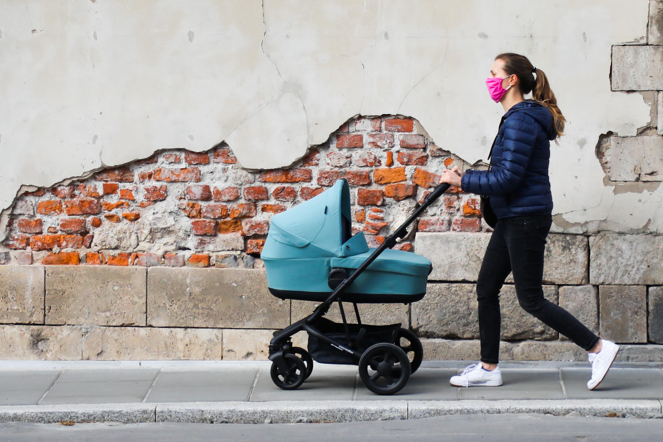 Pár napig a szoptató anyákat is előrevették volna az oltási tervben, aztán valaki meggondolta magát