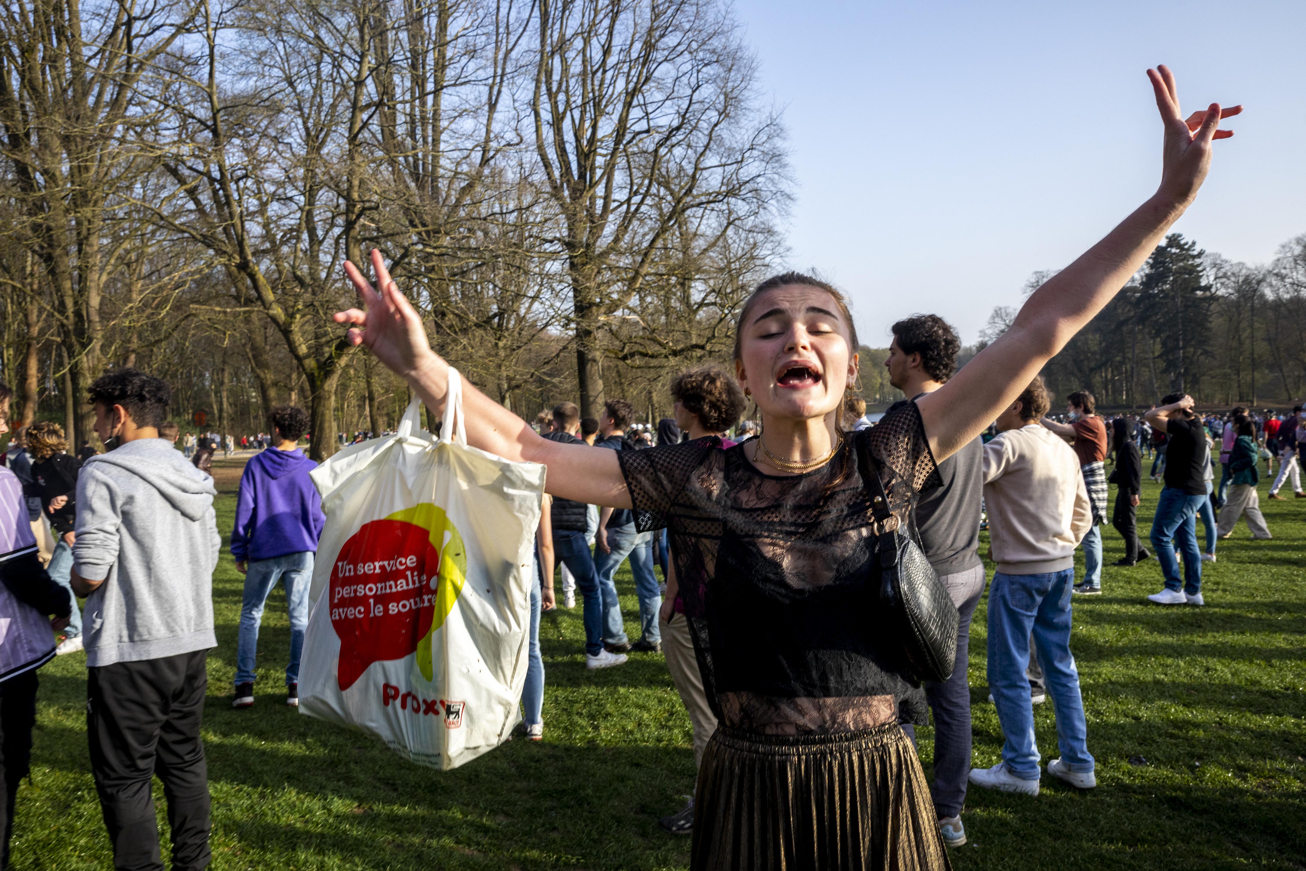 Vízágyúval oszlatták a tömeget a rendőrök egy brüsszeli parkban, ahol április 1-jei tréfaként kamukoncertet szerveztek