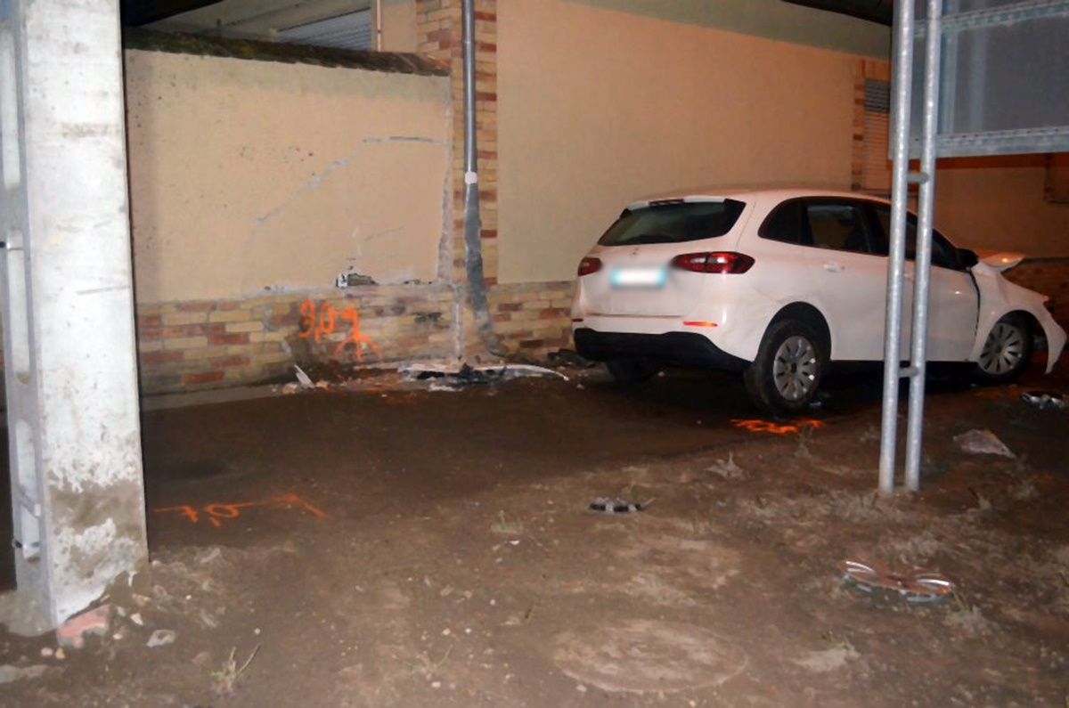 Egy ház falának ütközött a rendőrök elől menekülő embercsempész Mélykúton