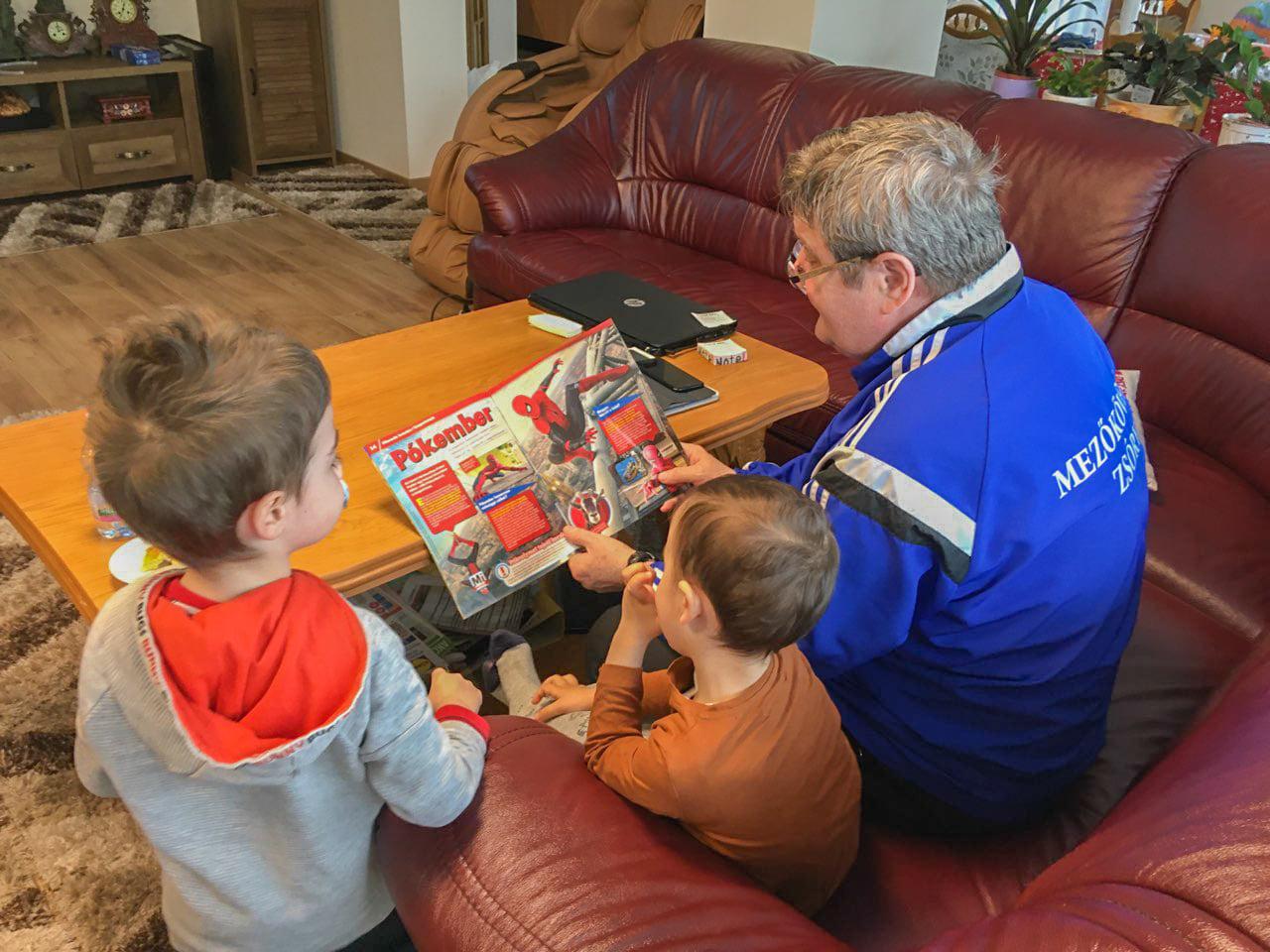 Tállai András az unokáival fotózkodik, miközben arról ír, hogy fontos, hogy csak szűk körben ünnepeljen a család
