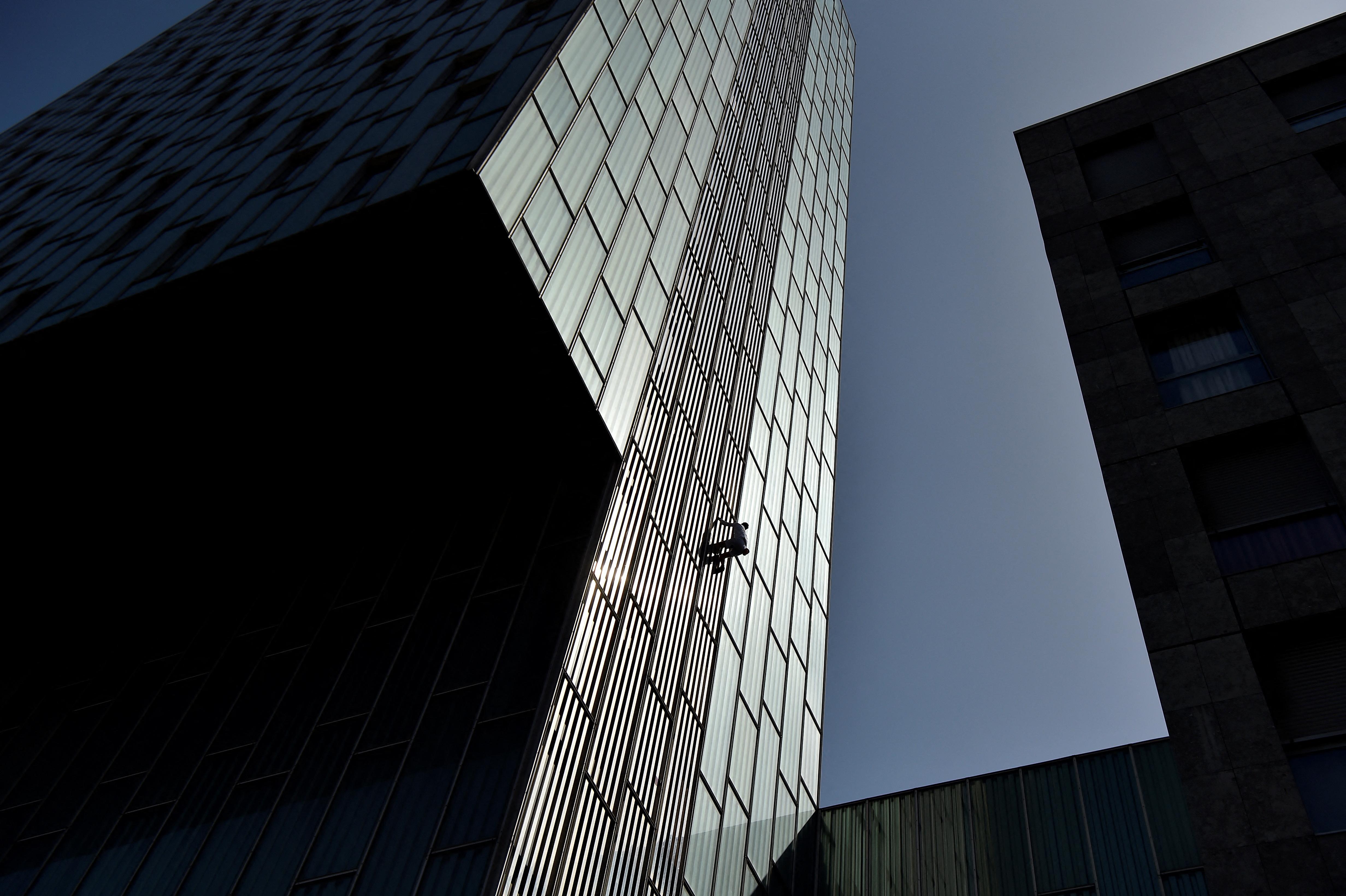 Kötél és engedély nélkül mászott meg egy barcelonai felhőkarcolót