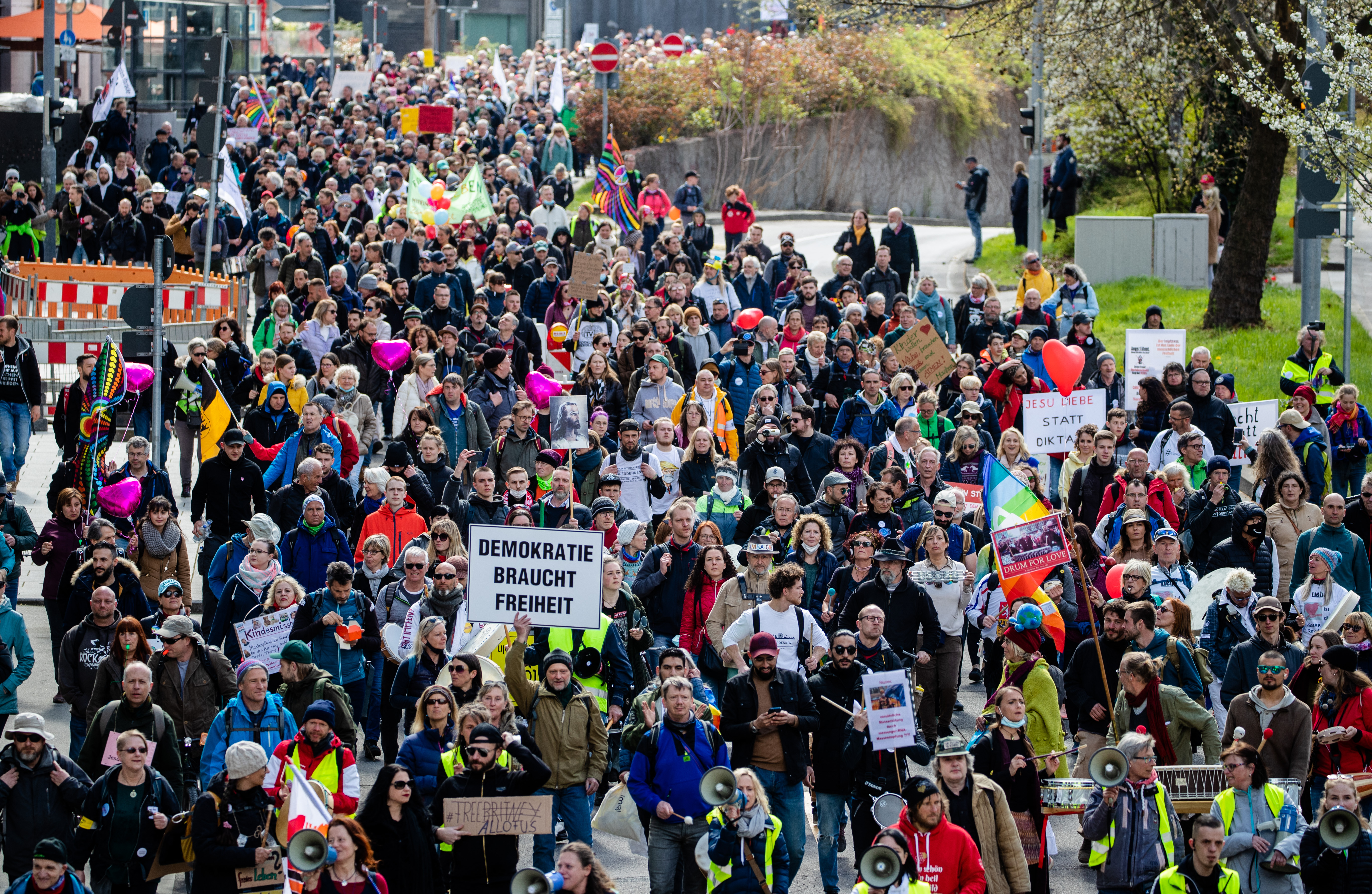 Több mint tízezren tiltakoztak a járványügyi korlátozások ellen Stuttgartban