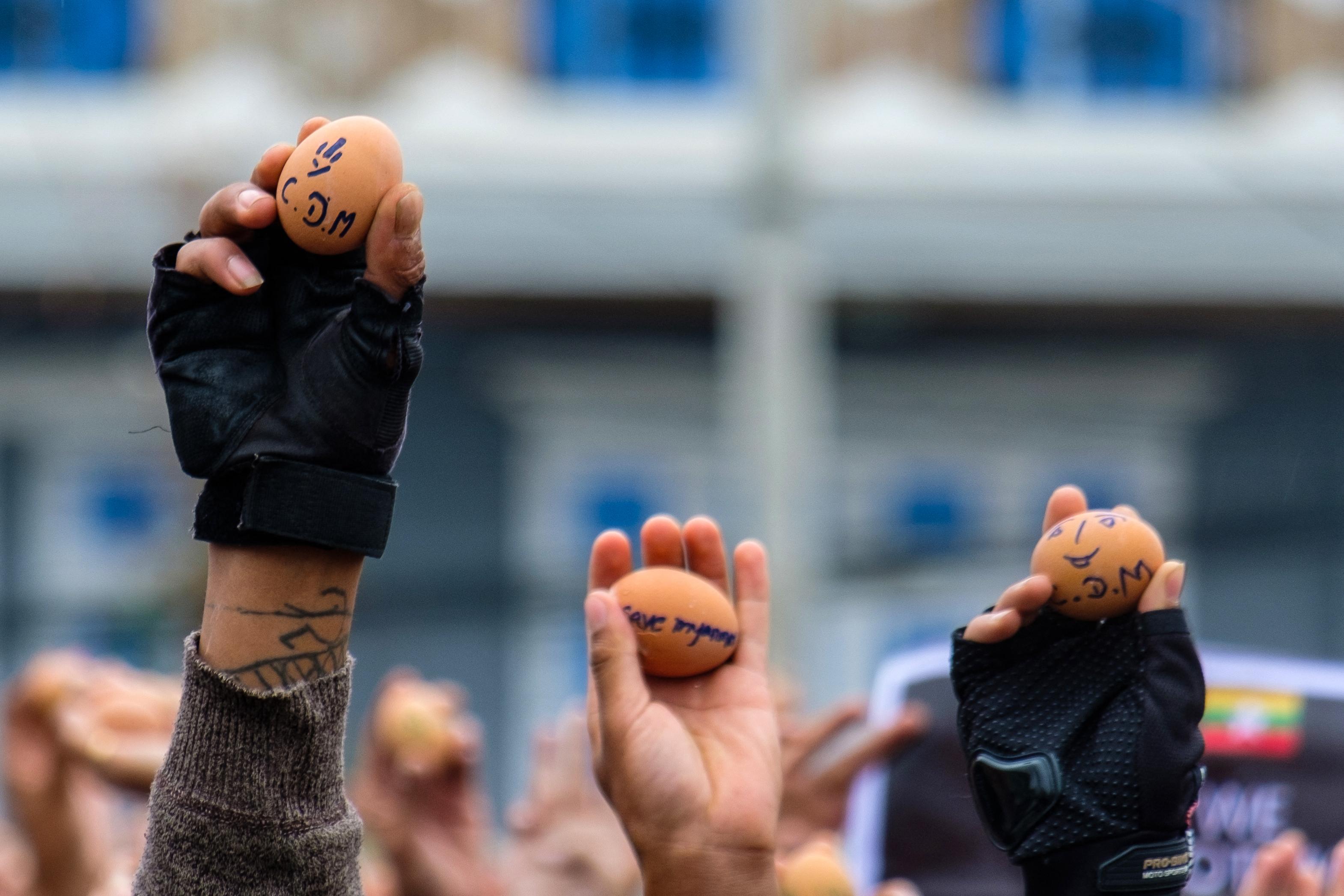 Húsvéti tojásokkal tiltakoznak a puccs ellen a demokráciapárti tüntetők Mianmarban