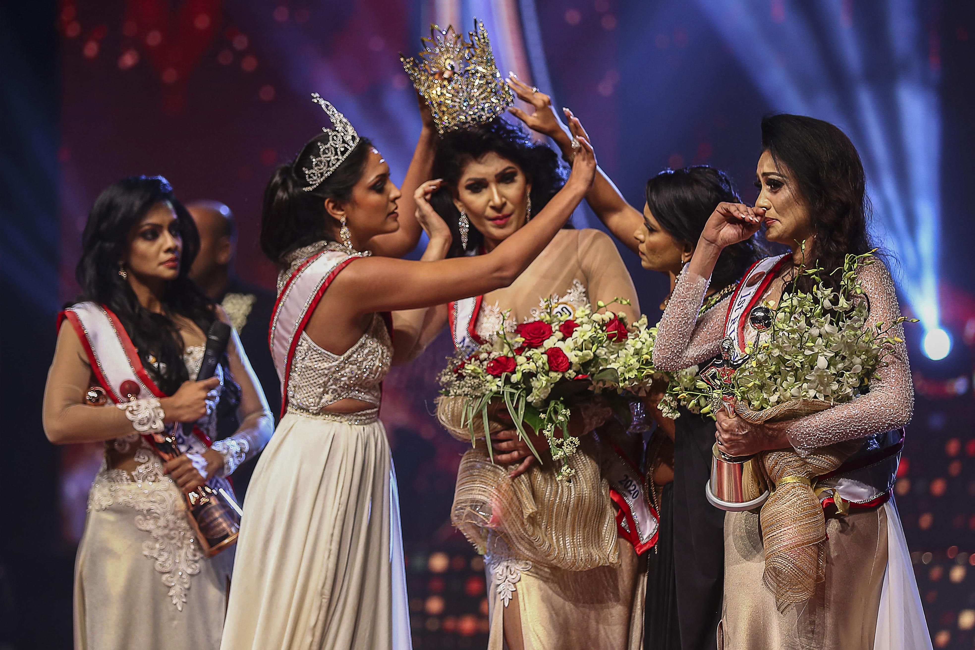 Letartóztatták a szépségkirálynőt, aki egy Srí Lanka-i szépségversenyen letépte a koronát a nyertes fejéről